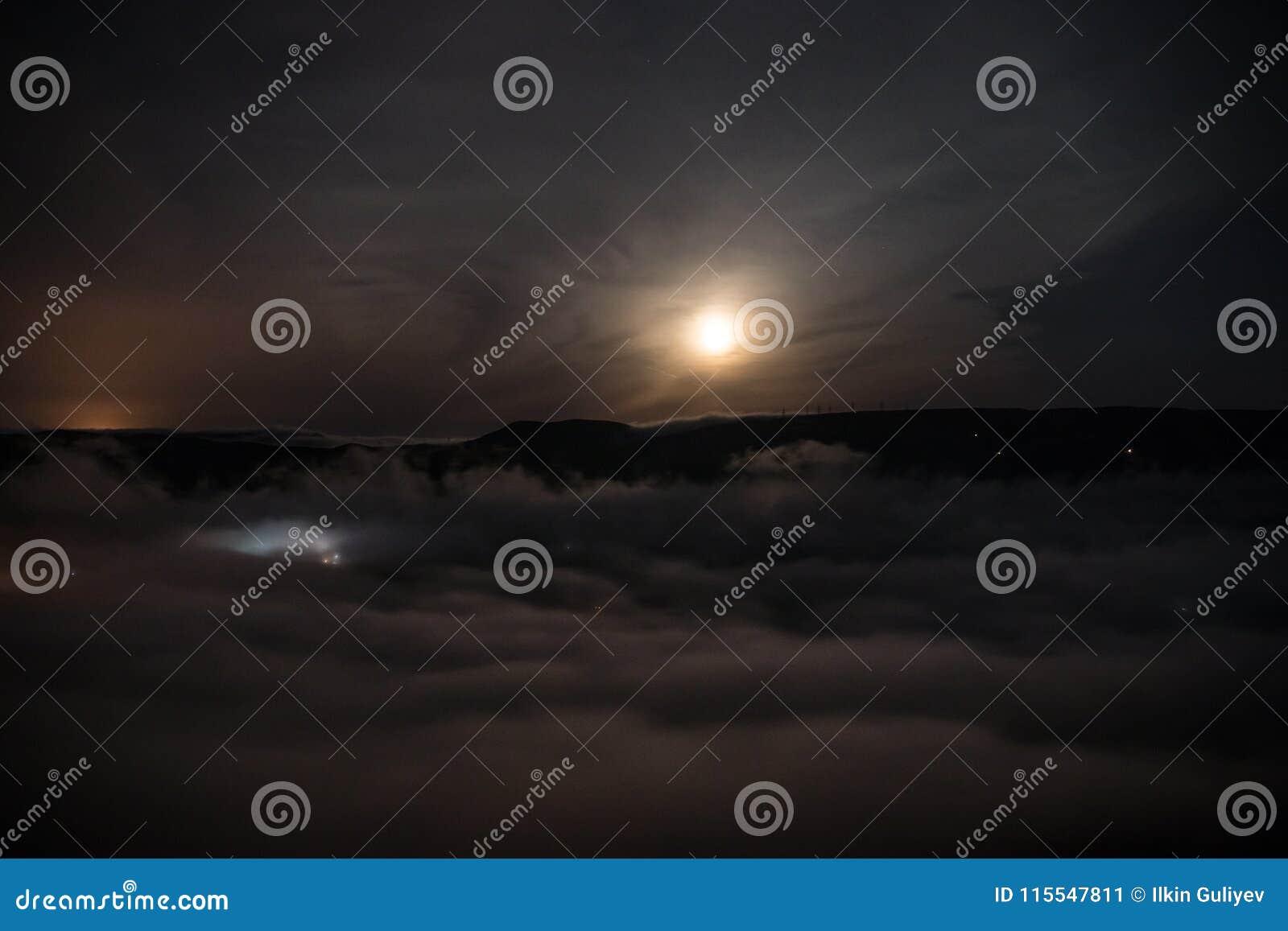 Luce Di Notte.Sorvolare Le Nuvole Di Notte Profonda Con La Luce Di Luna