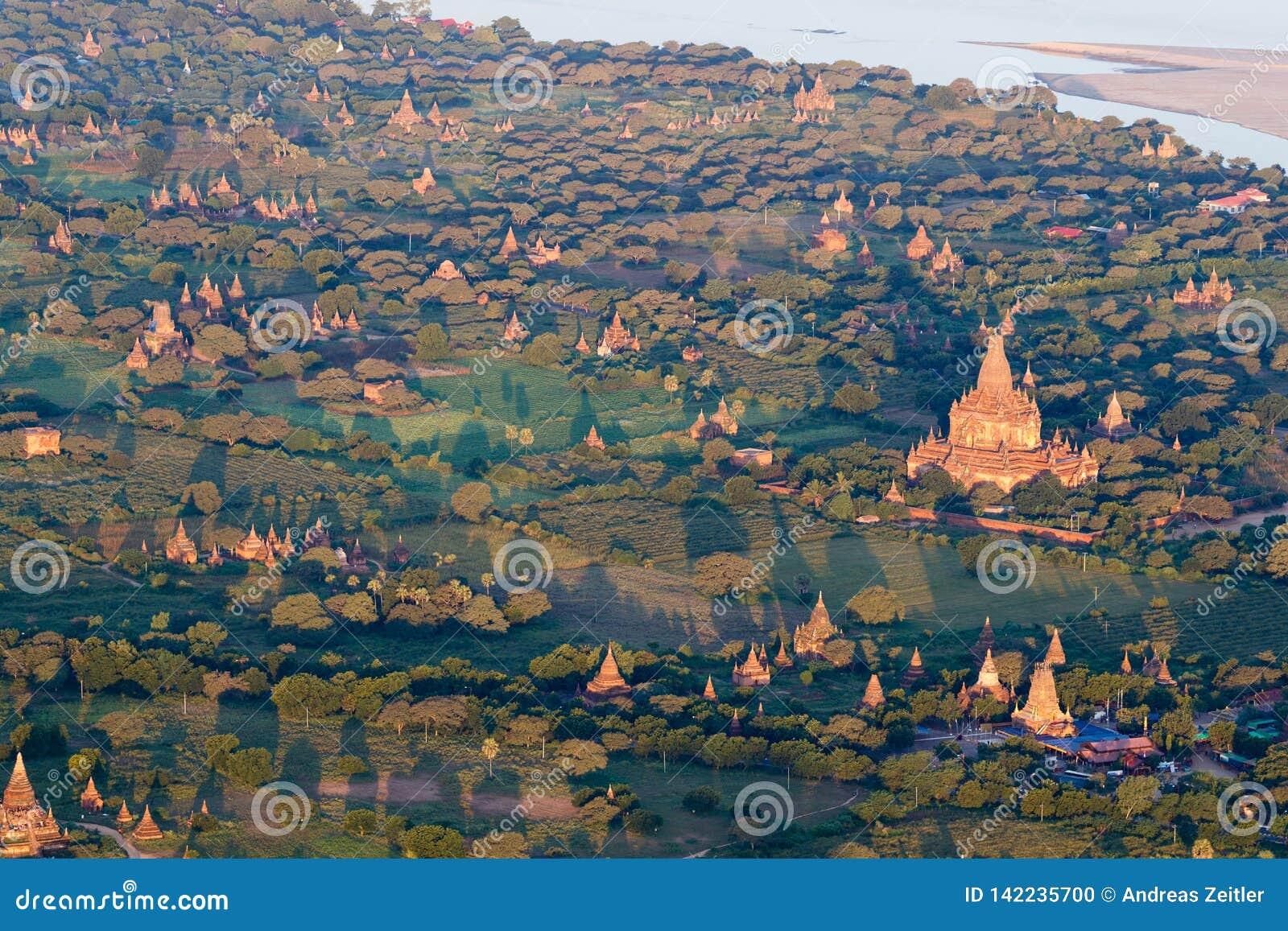 Sorvolare le tempie antiche nella mattina nebbiosa, alba in Bagan, Myanmar (Birmania
