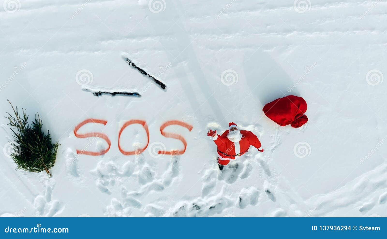 SOS-messaggio di Santa Claus nello spazio aperto nevoso