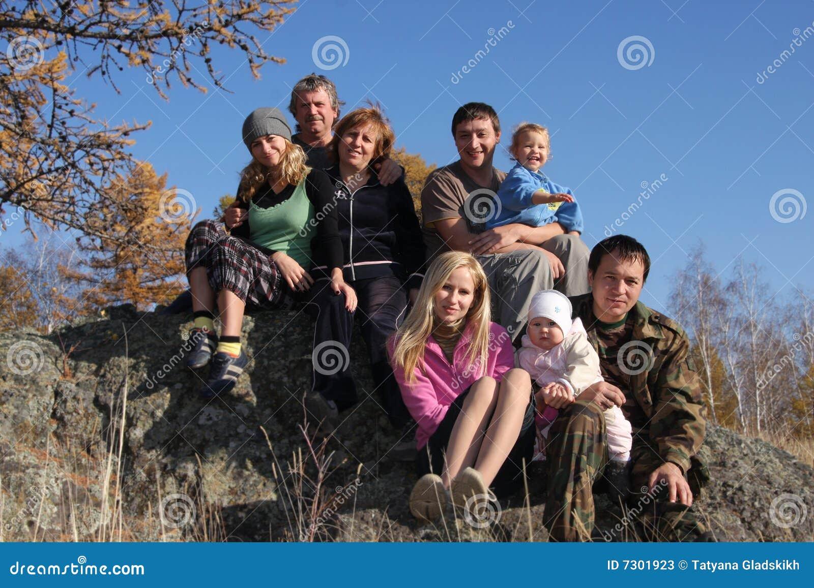 Sosta felice della grande famiglia di autunno