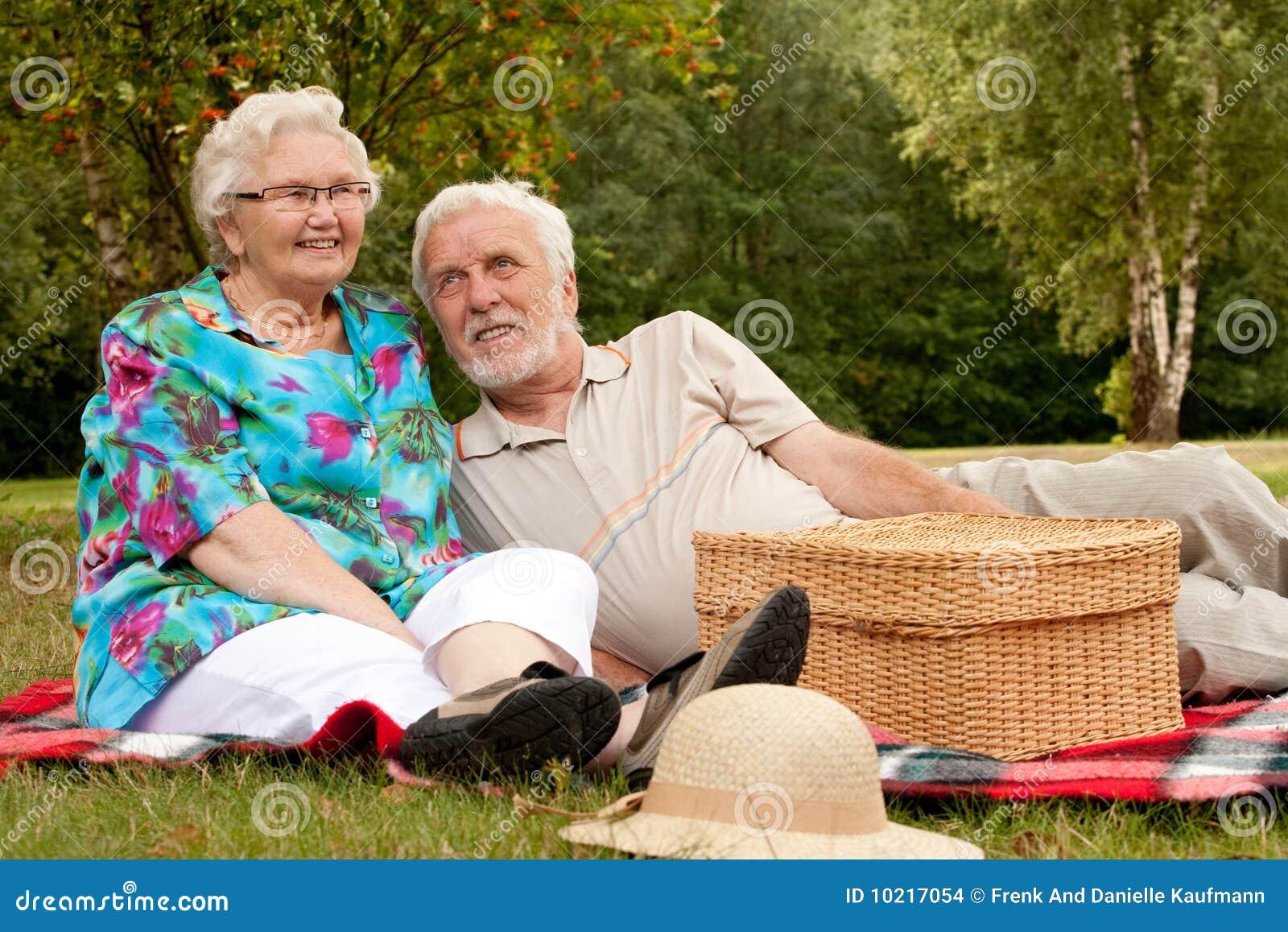 Sosta felice delle coppie più vecchia