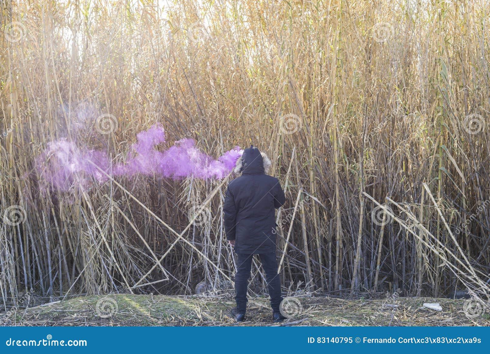Sostanza tossica, uomo con fumo sulla sua testa in un posto solo, lon di concetto