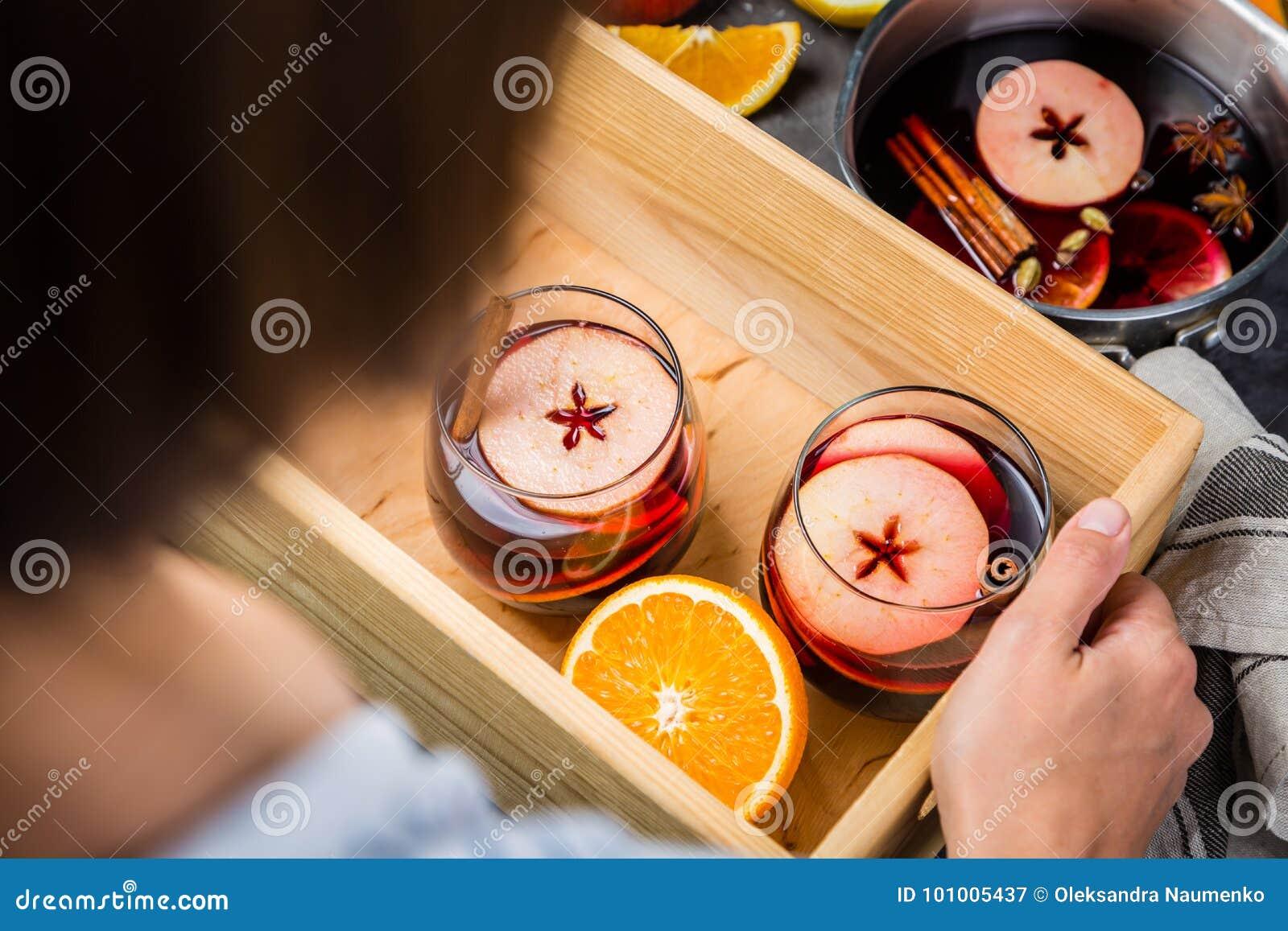Sostener el vino reflexionado sobre en vidrios