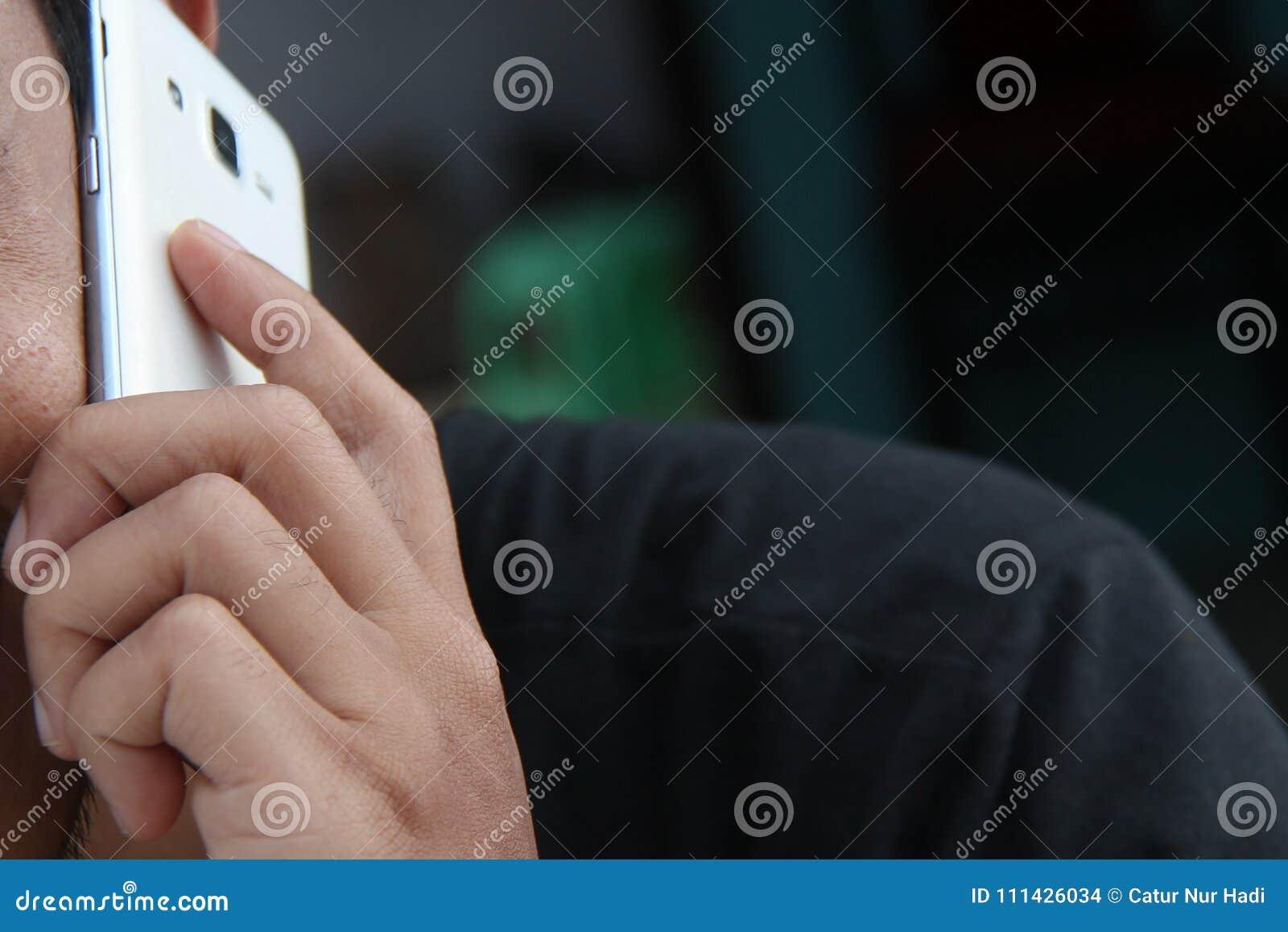 Sosteniendo un teléfono, el hombre está llamando, la versión 6
