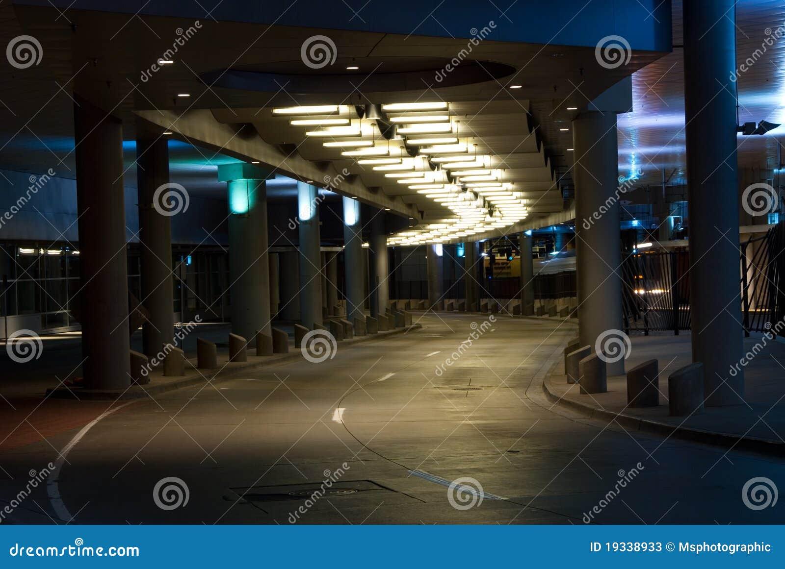 Sottopassaggio della città alla notte