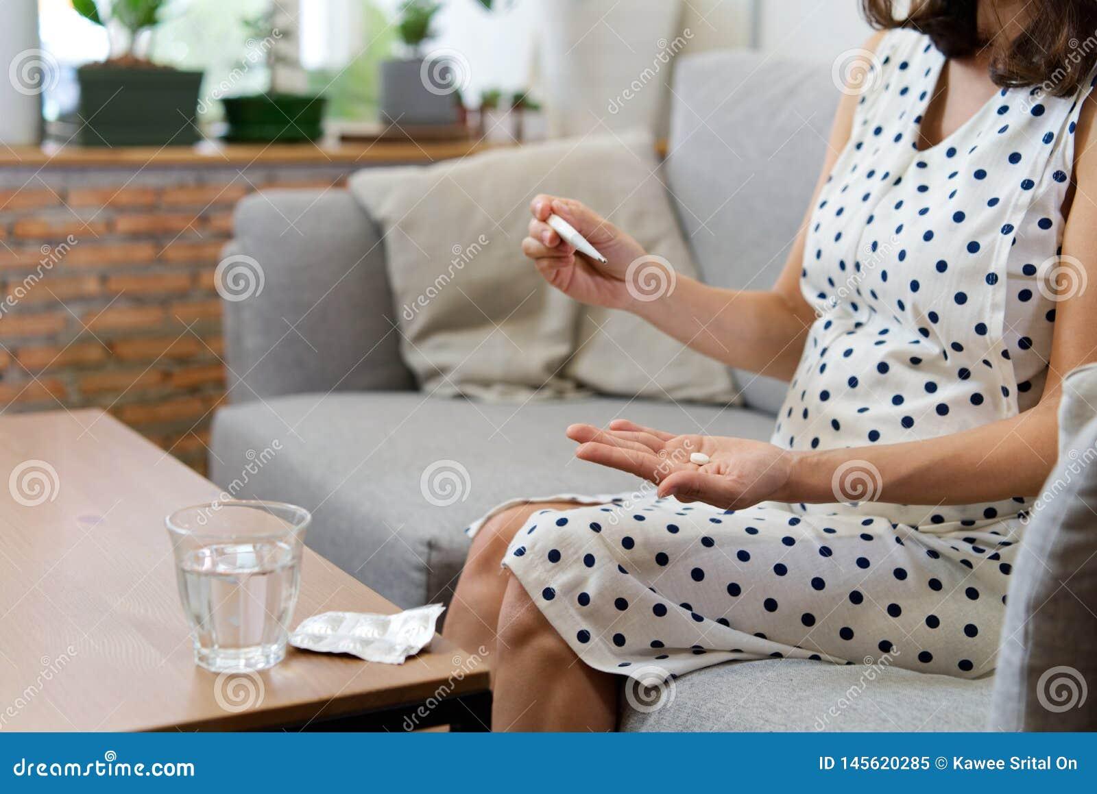 Souci médical de femme de grossesse Concept de santé et de maladie