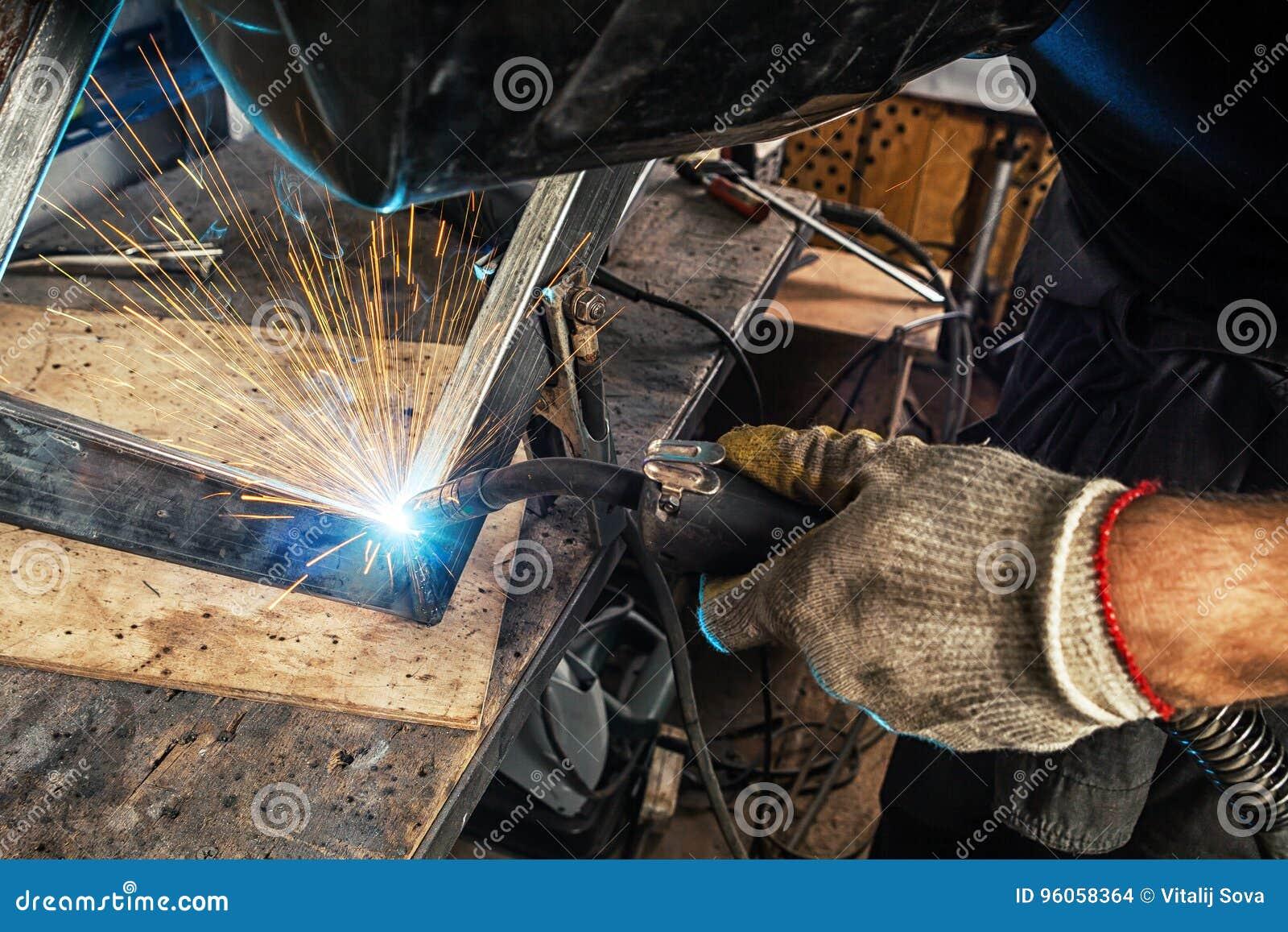 Soudure d homme une machine de soudure en métal
