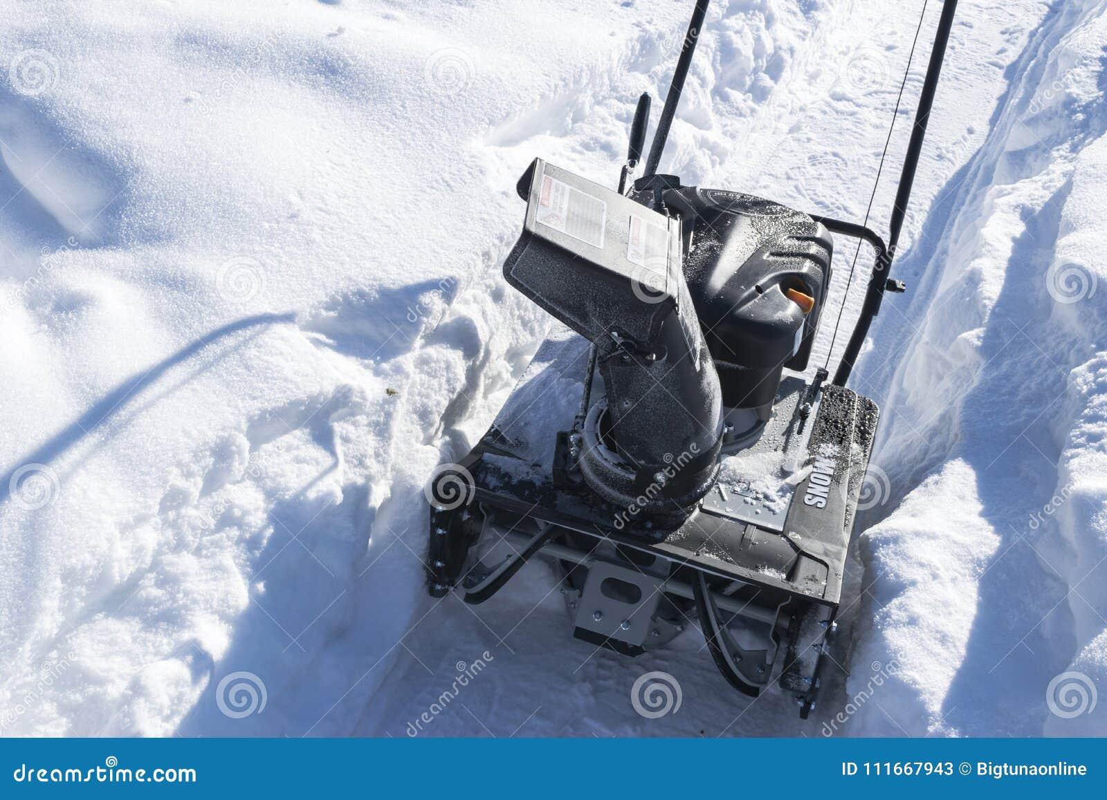 Souffleuse de neige au travail un jour d hiver Chasse-neige enlevant l afterSnowblower de neige au travail un jour d hiver Chasse