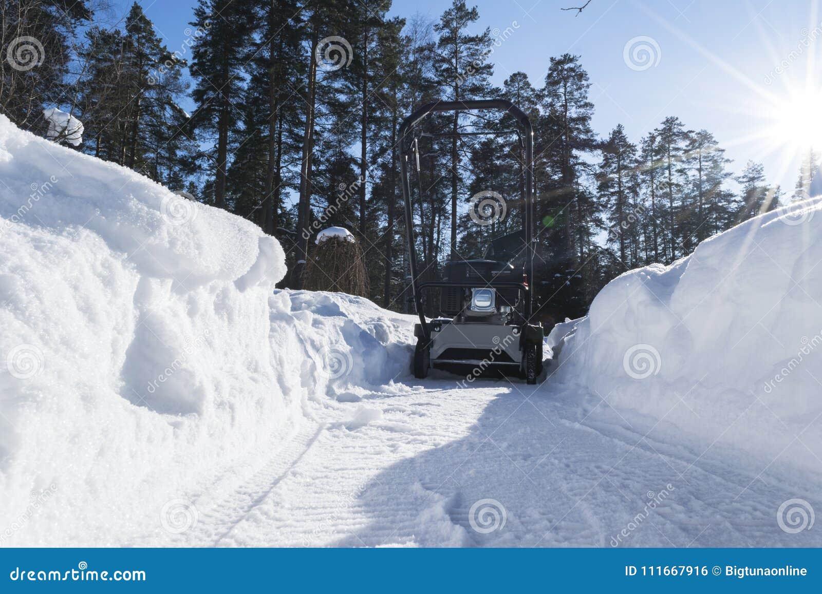 Souffleuse de neige au travail un jour d hiver Chasse-neige enlevant la neige après tempête de neige Dégagement de la glace Machi