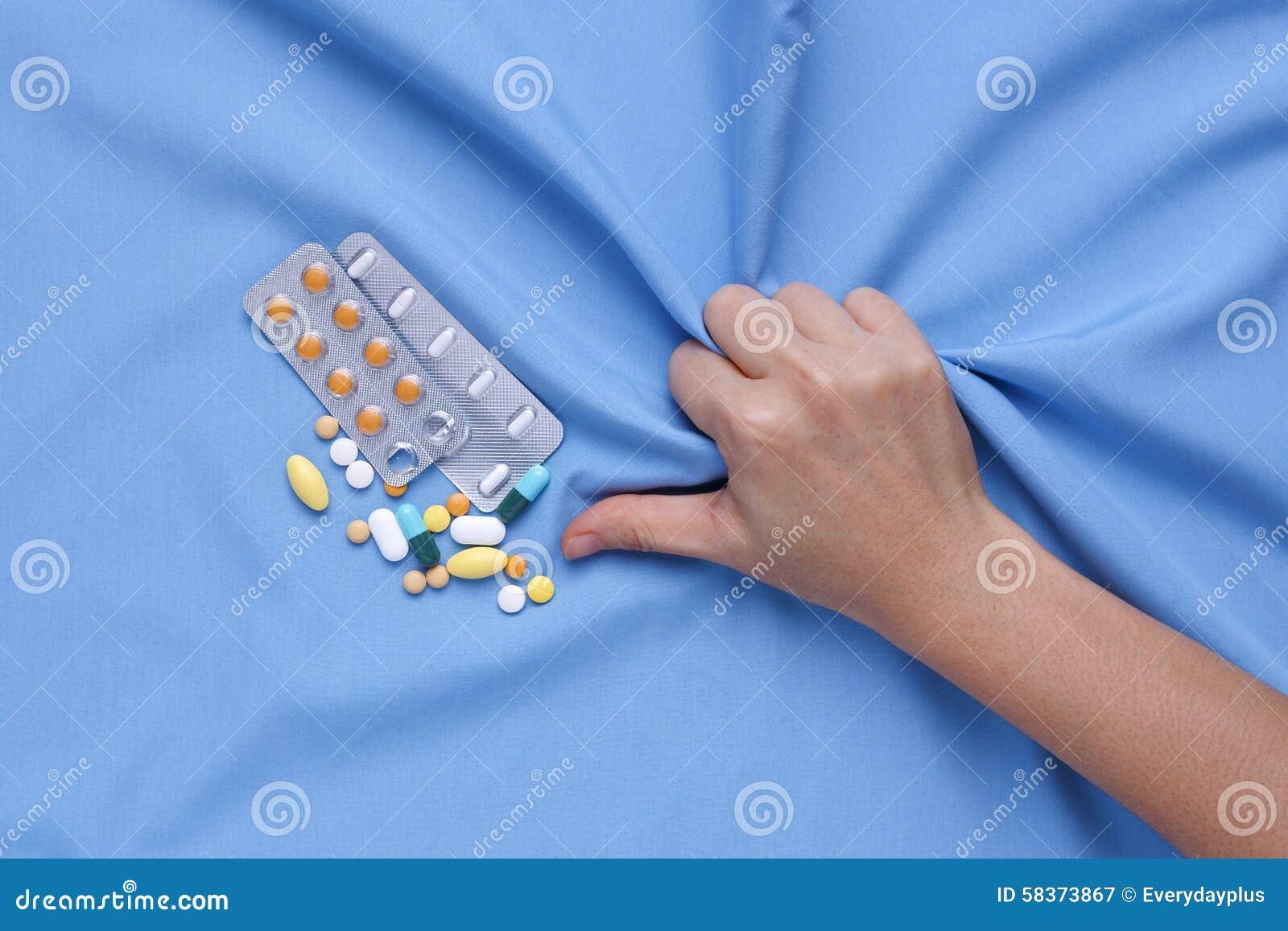 Souffrez de la main de plan rapproché de maladie