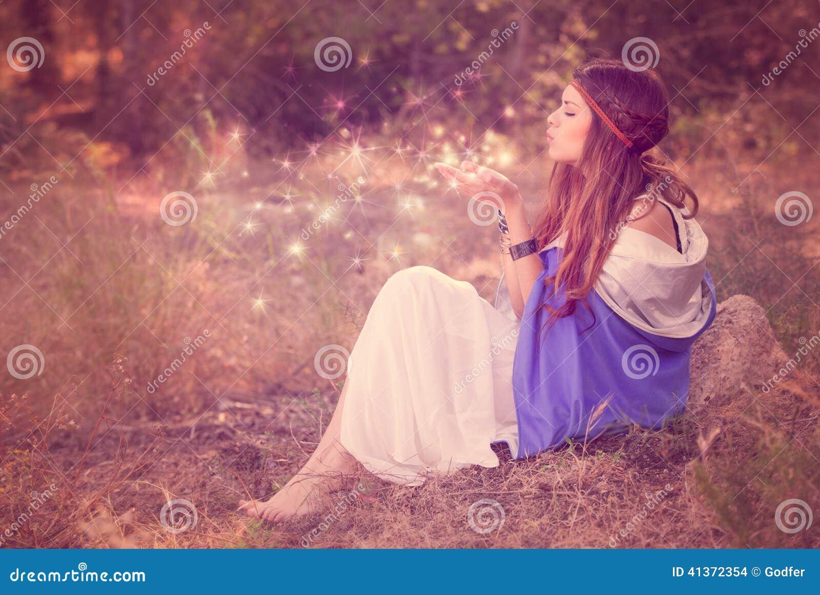 Souhaits de soufflement de femme dans la fée ou l elfe de forêt