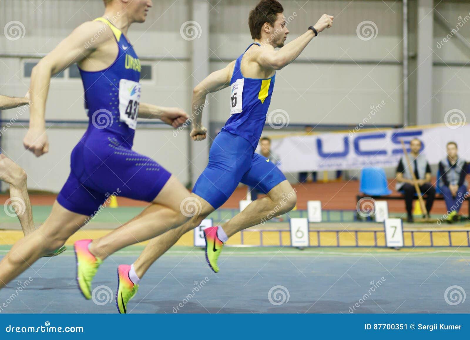 SOUMI, UKRAINE - 18 FÉVRIER 2017 : Finissage de Volodymyr Suprun d abord en concurrence de sprint de 60m de voie d intérieur ukra