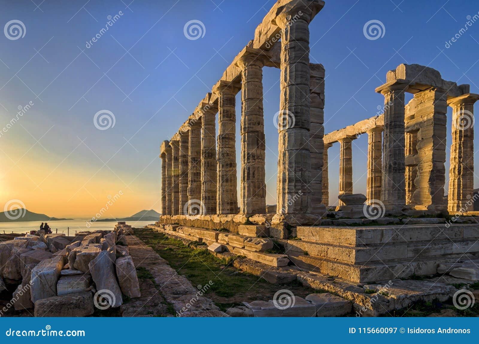 Sounion, Attika/Griechenland: Bunter Sonnenuntergang am Kap Sounion und die Ruinen des Tempels Poseidon mit Patroklos-Insel sicht