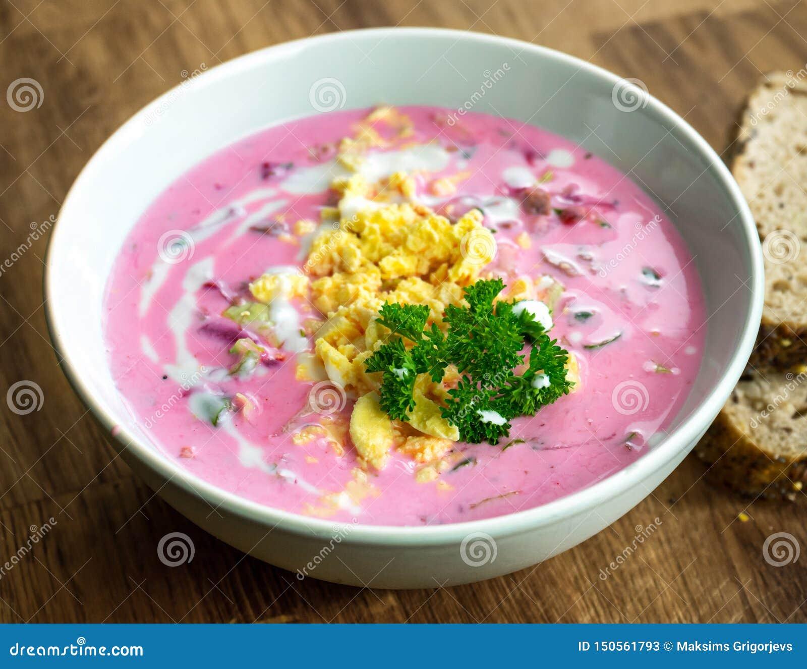 Soupe à la betterave froide avec du boeuf, des légumes et des oeufs