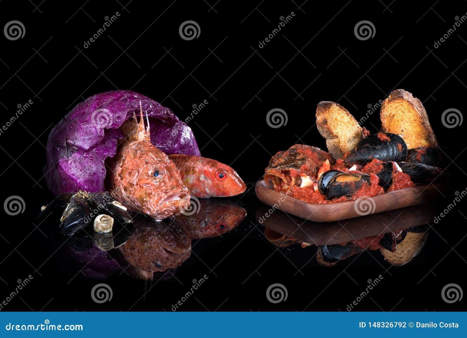 Soupe à poissons, poisson cru, poisson de scorpion, mulet rouge, crabes