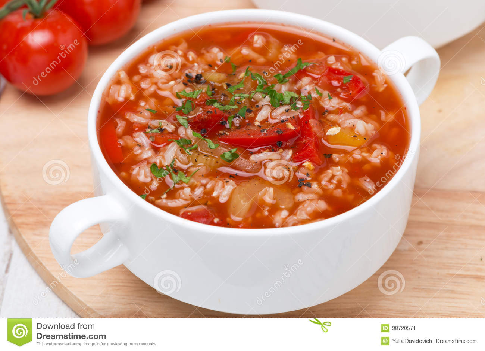 soupe tomate avec du riz des l gumes et des herbes. Black Bedroom Furniture Sets. Home Design Ideas