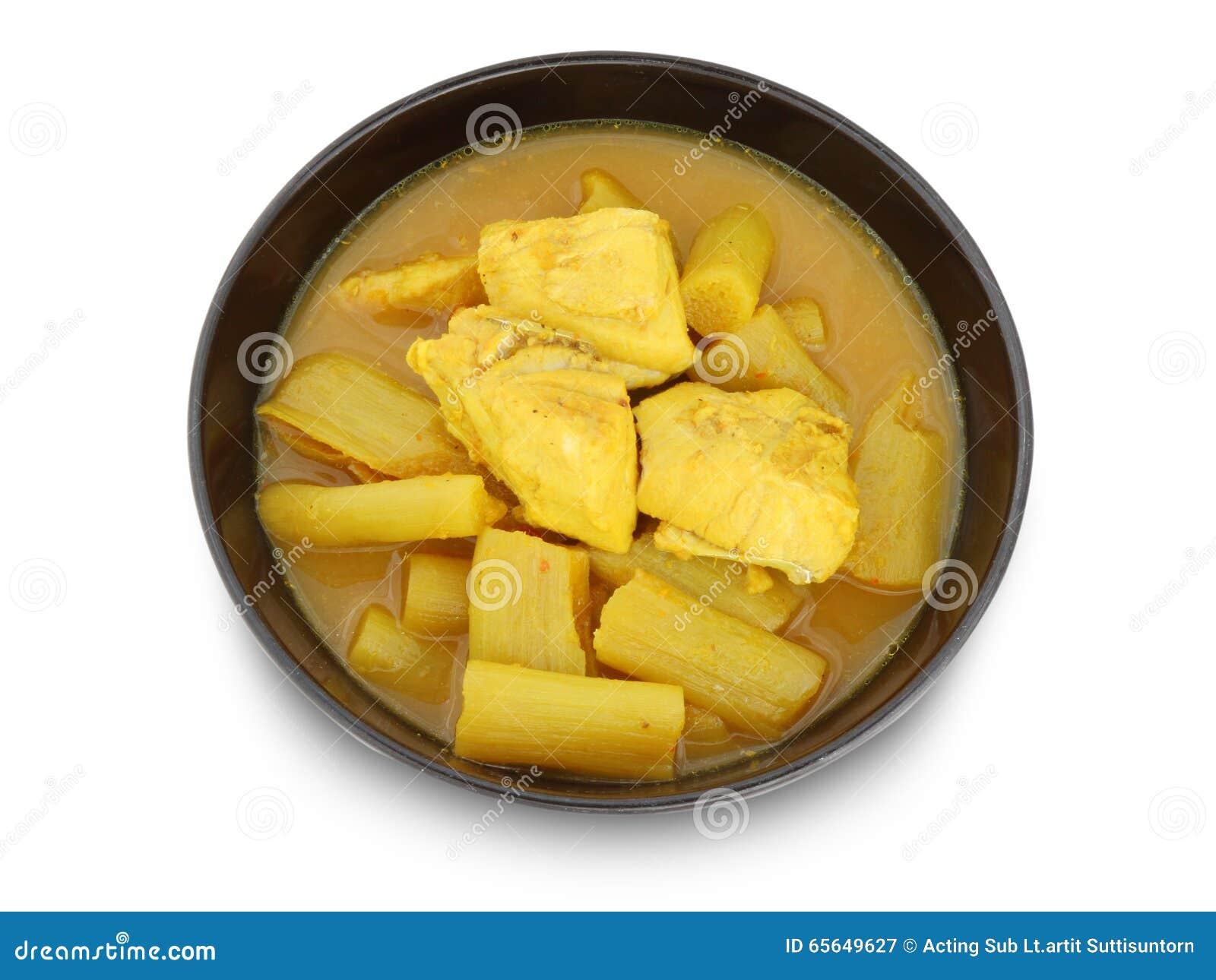 Soupe aigre chaude jaune avec les poissons et le légume