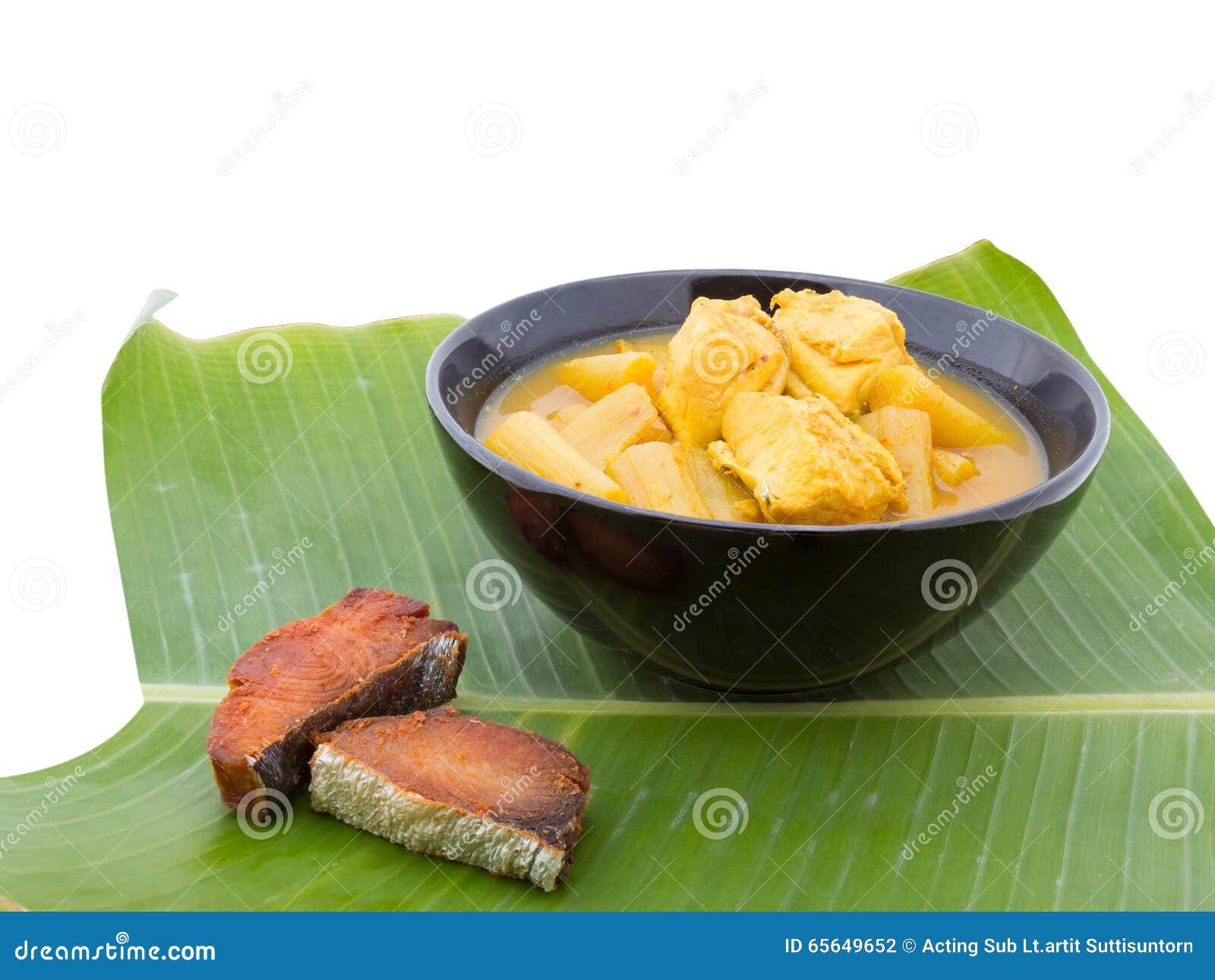 Soupe aigre chaude jaune avec les poissons et le légume, délicieux