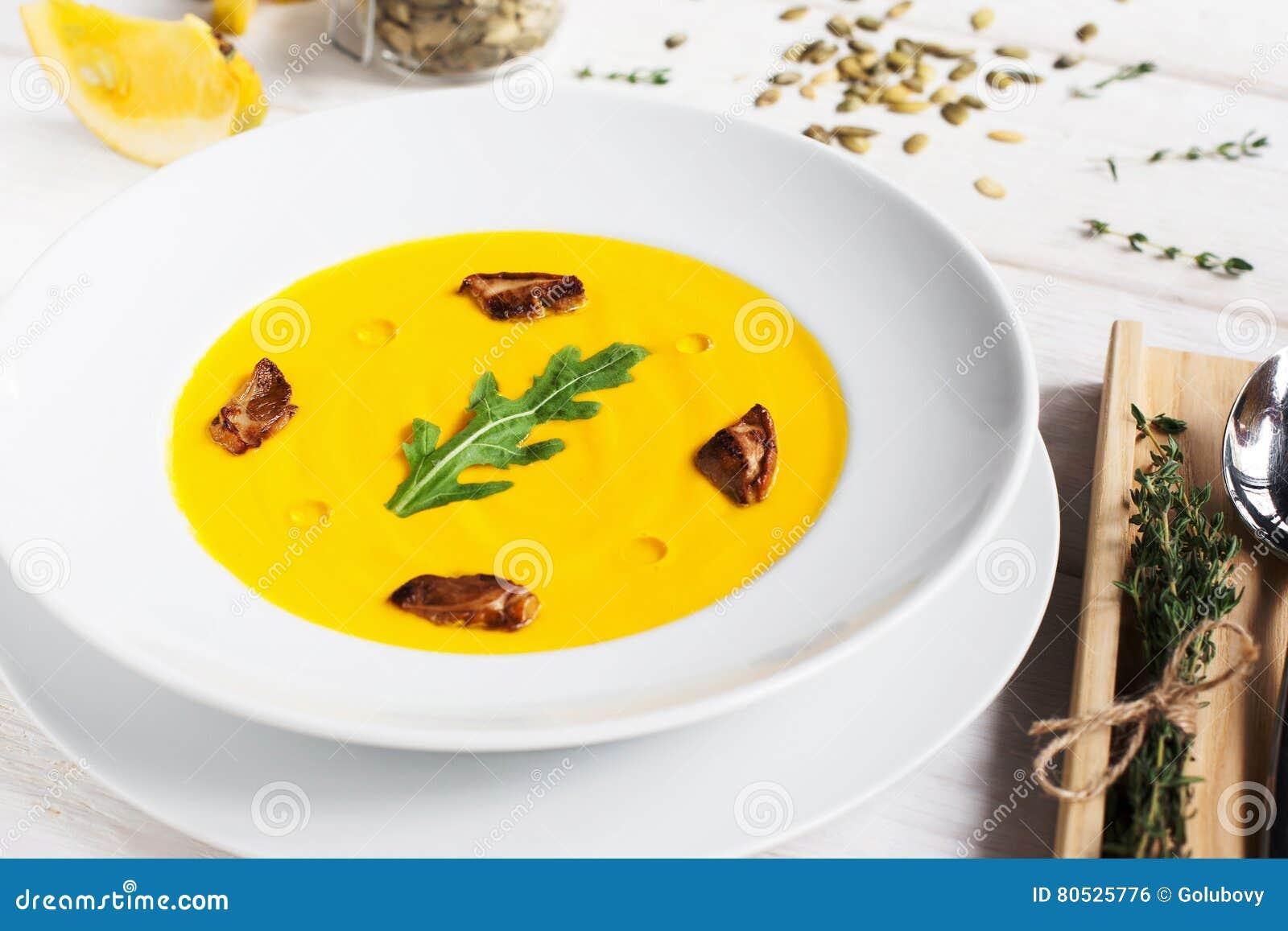 Soupe au curry à carotte avec des champignons et des herbes