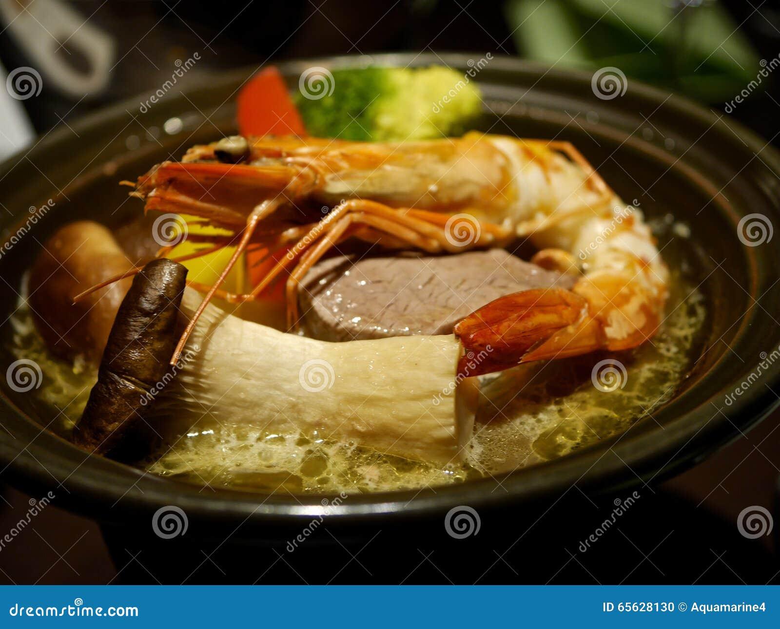 Soupe avec des champignons, des crevettes et des légumes