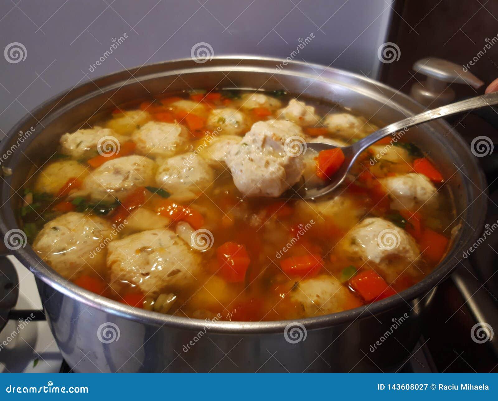 Soupe ? boulette de viande de poulet Ciorba de perisoare
