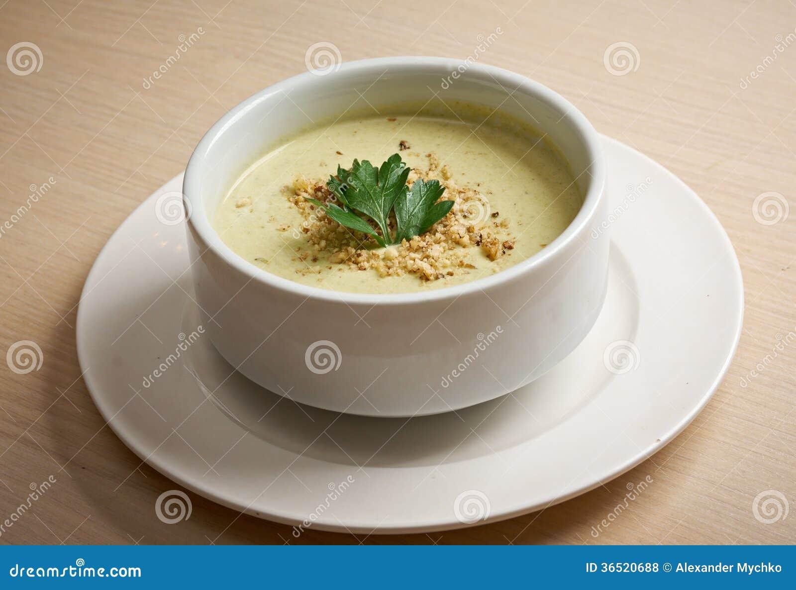 Soupe crème dans la cuvette blanche