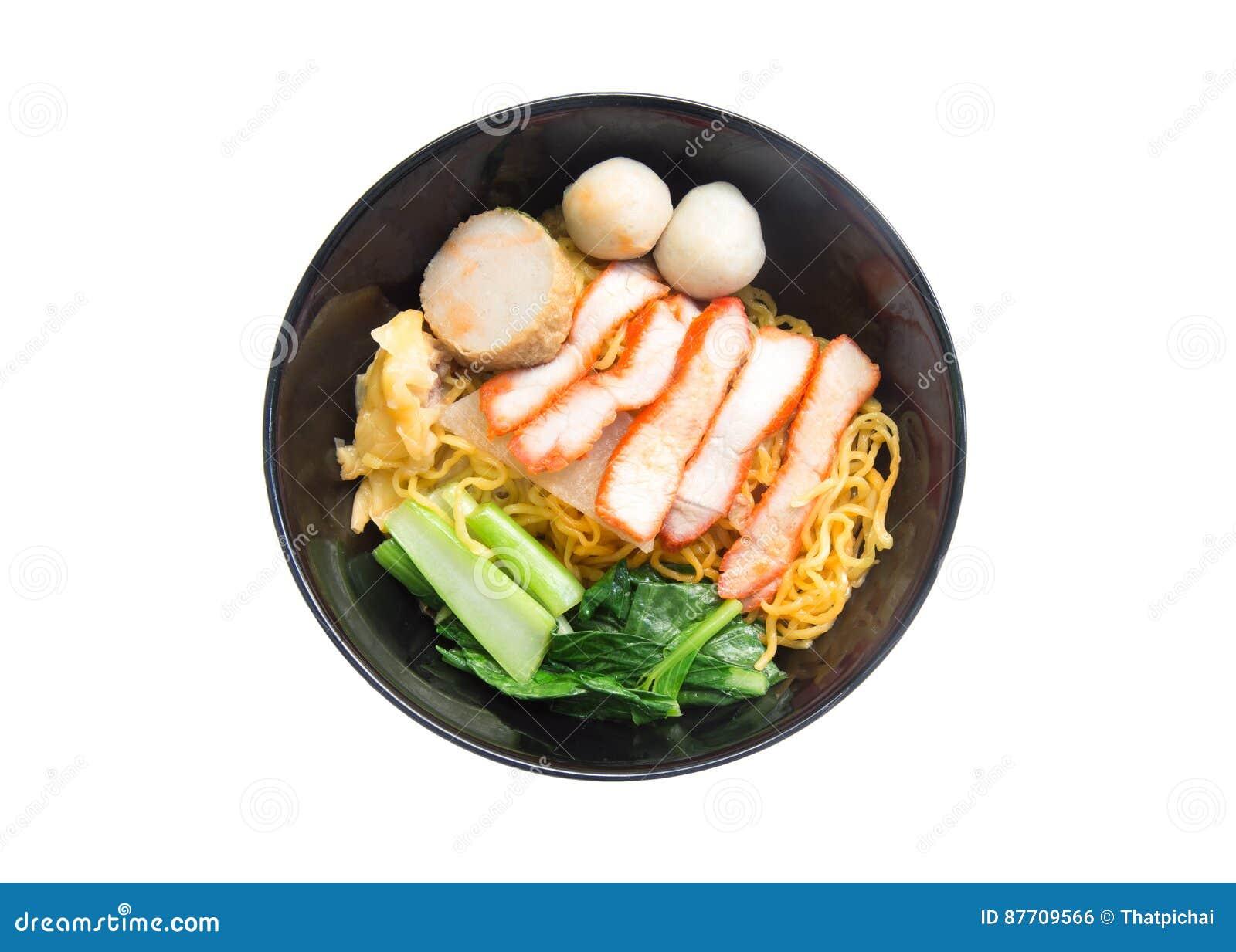 Soupe de nouilles d oeufs avec le rôti de porc rouge dans la cuvette d isolement sur le fond blanc