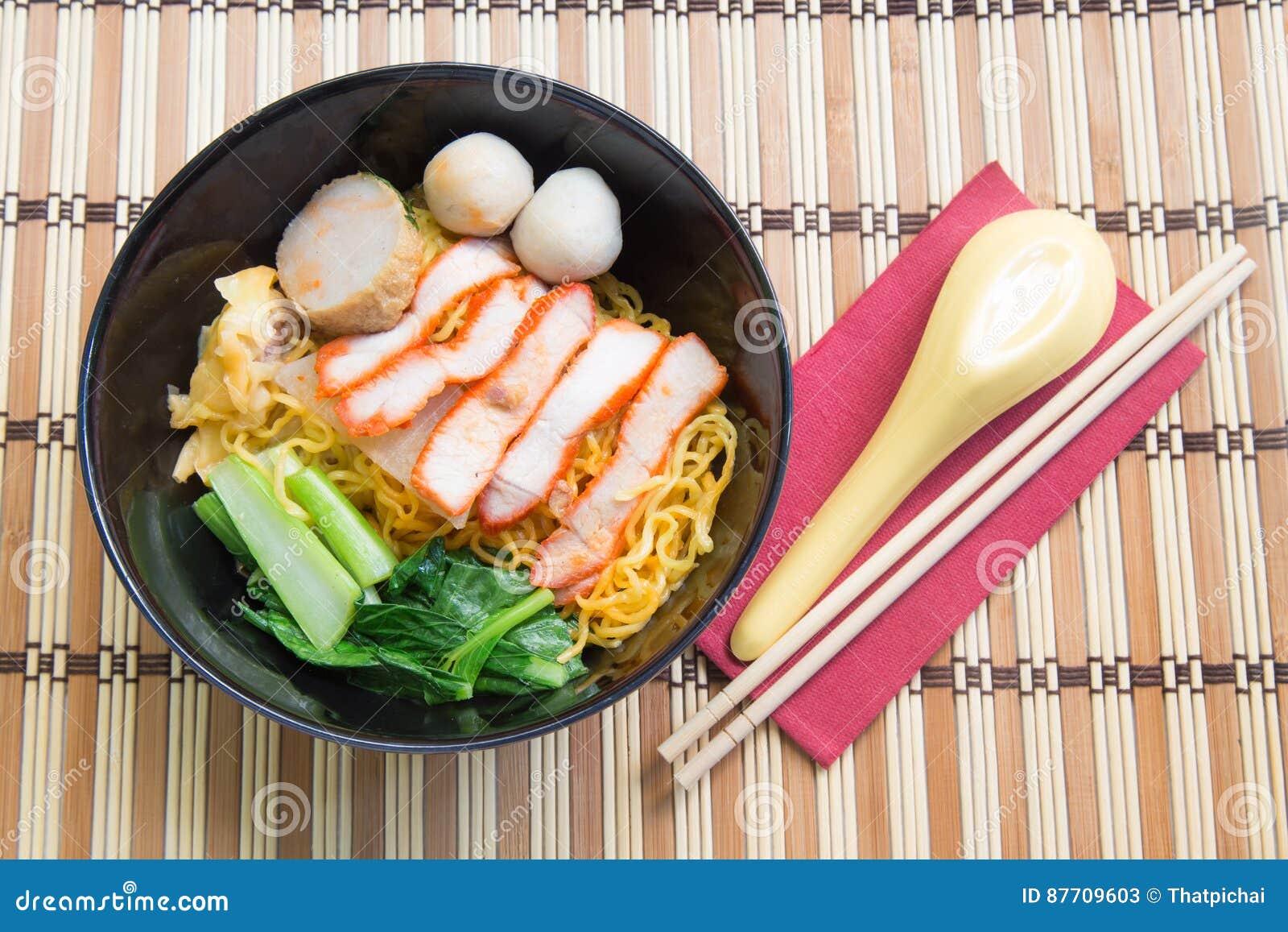 Soupe de nouilles d oeufs avec le rôti de porc rouge sur le fond en bois