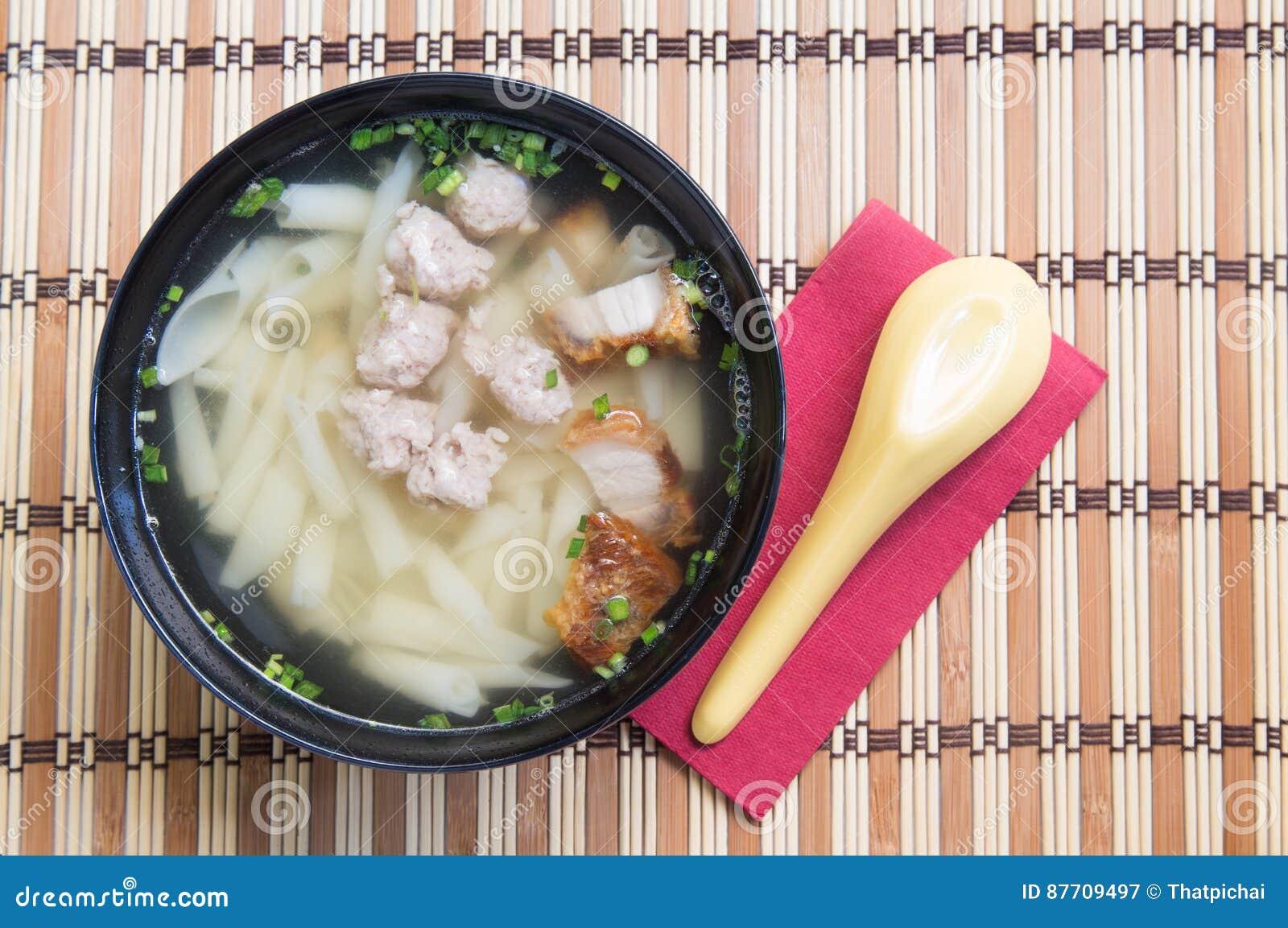 Soupe de nouilles de porc sur la table en bois