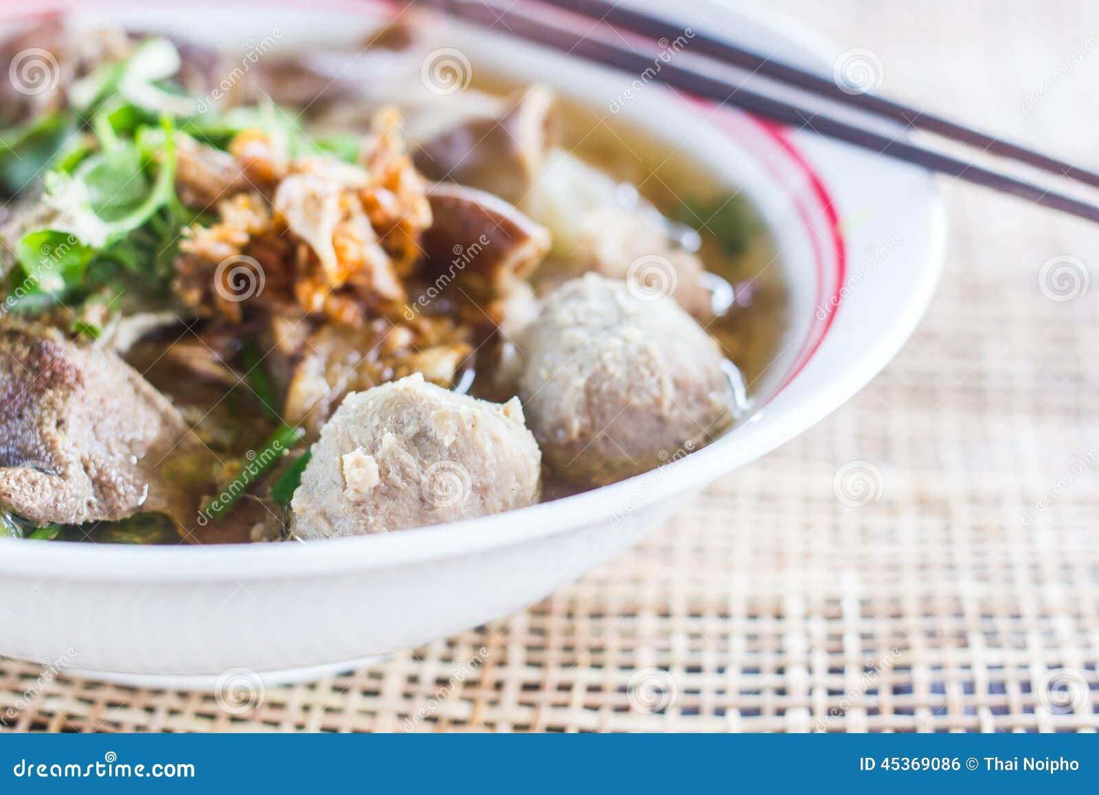 Soupe de nouilles de style de Pho Tai avec des légumes sur la table