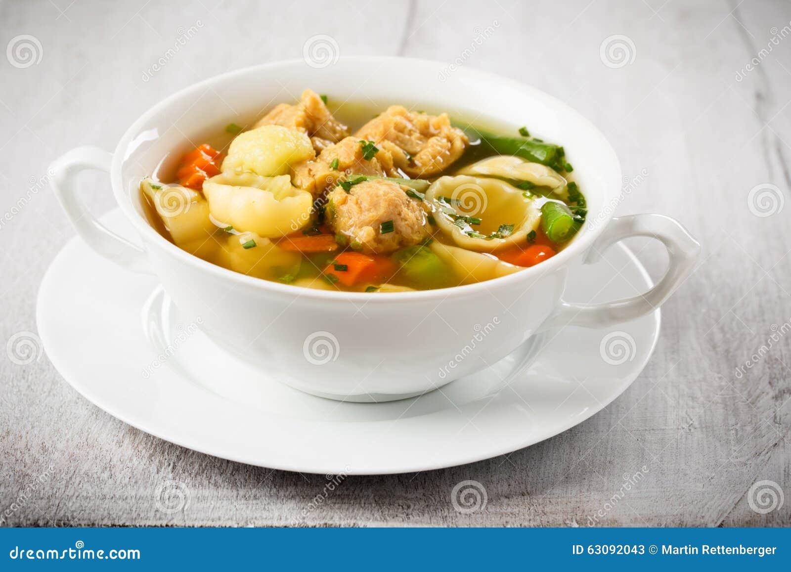 Download Soupe De Nouilles De Vegan Avec Des Gros Morceaux De Soja Image stock - Image du céleri, persil: 63092043