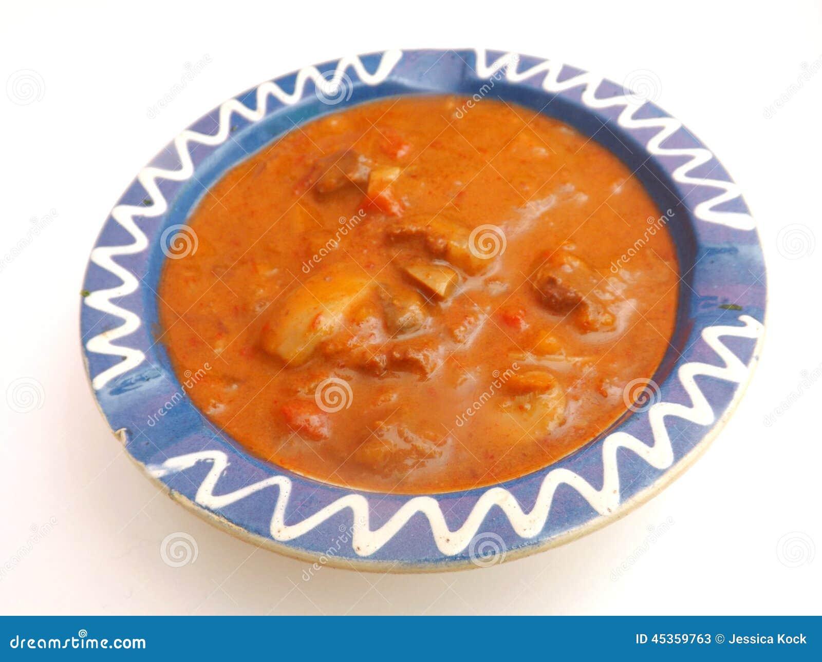 Soupe des tomates avec de la viande et des champignons
