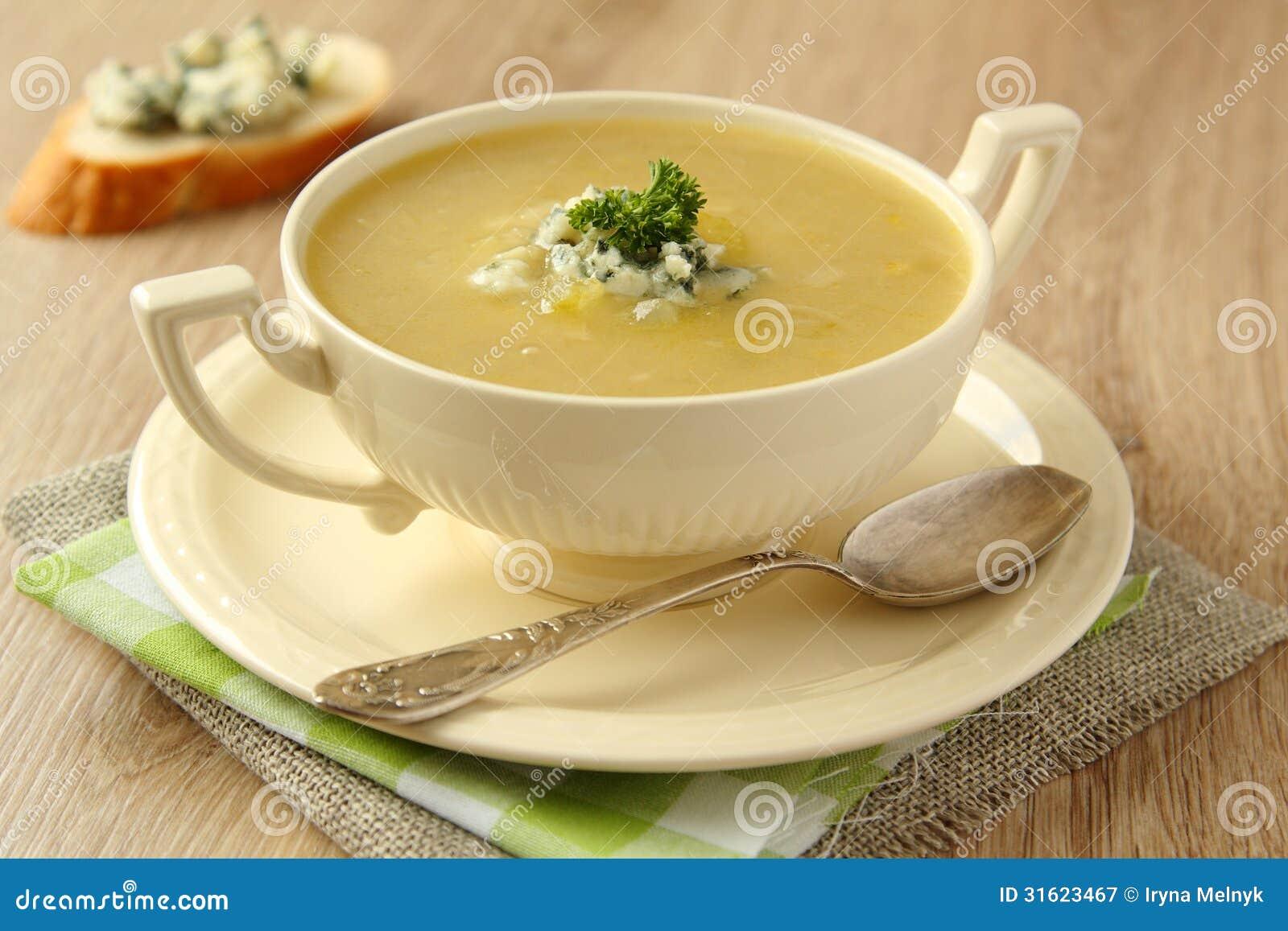 Soupe faite maison à oignon avec le céleri et le fromage bleu