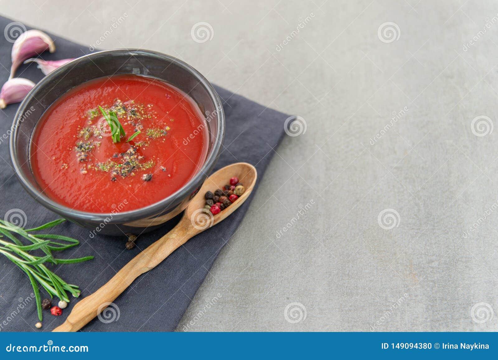 Soupe froide ? gazpacho de tomate dans un plat profond sur un fond en pierre T