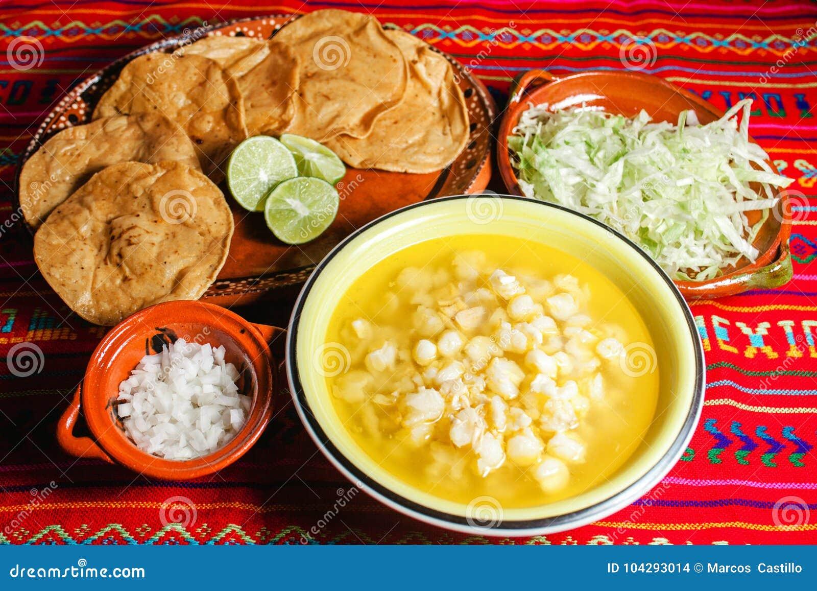 Soupe mexicaine traditionnelle à maïs de nourriture de Pozole épicée