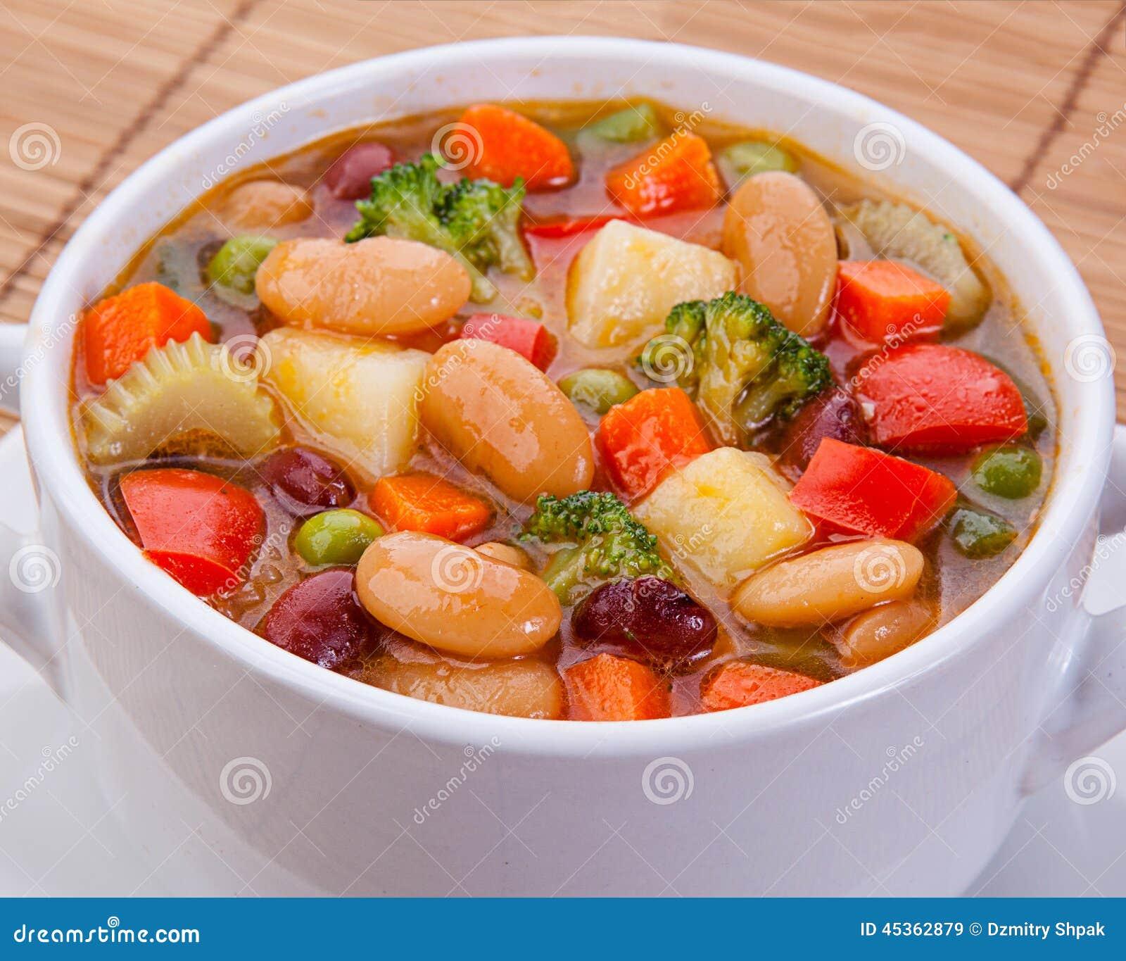 Soupe végétarienne à régime délicieux sur la table