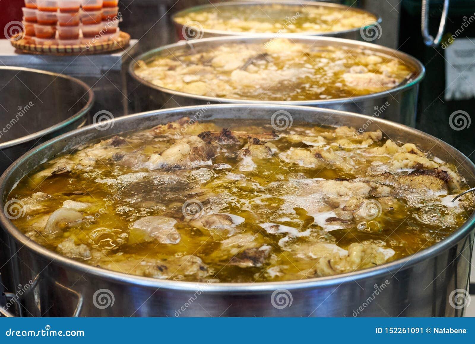 Soupe vietnamienne traditionnelle en grande nourriture de rue de casserole de fer, régime ketogenic de cétonique, plan rapproché