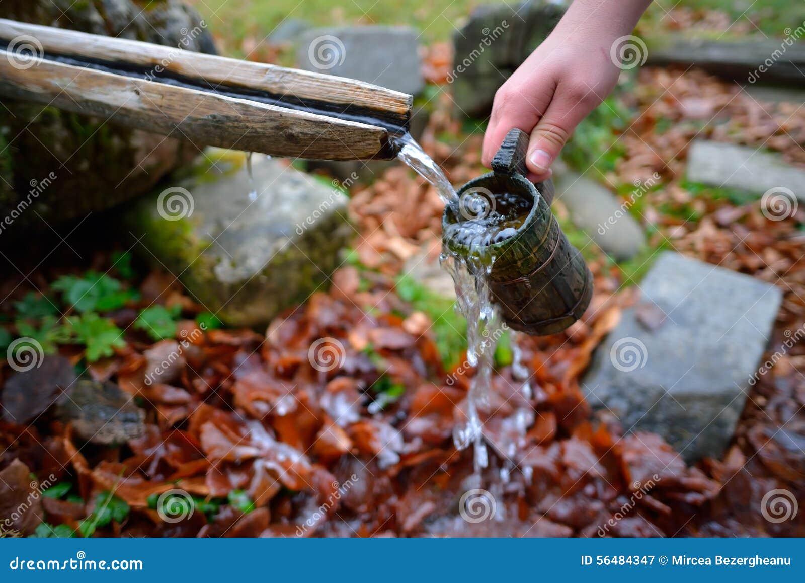 Source d écoulement d eau de source