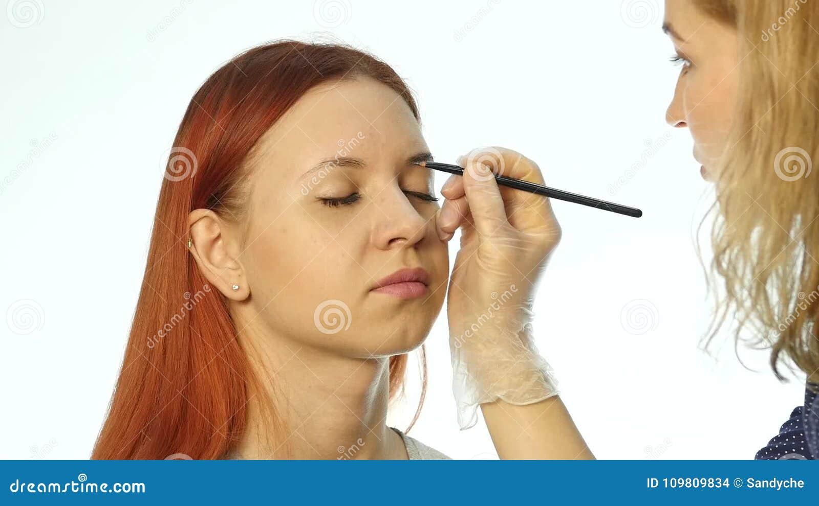 Sourcils Professionnels De Dessin D Artiste De Maquillage De Beau