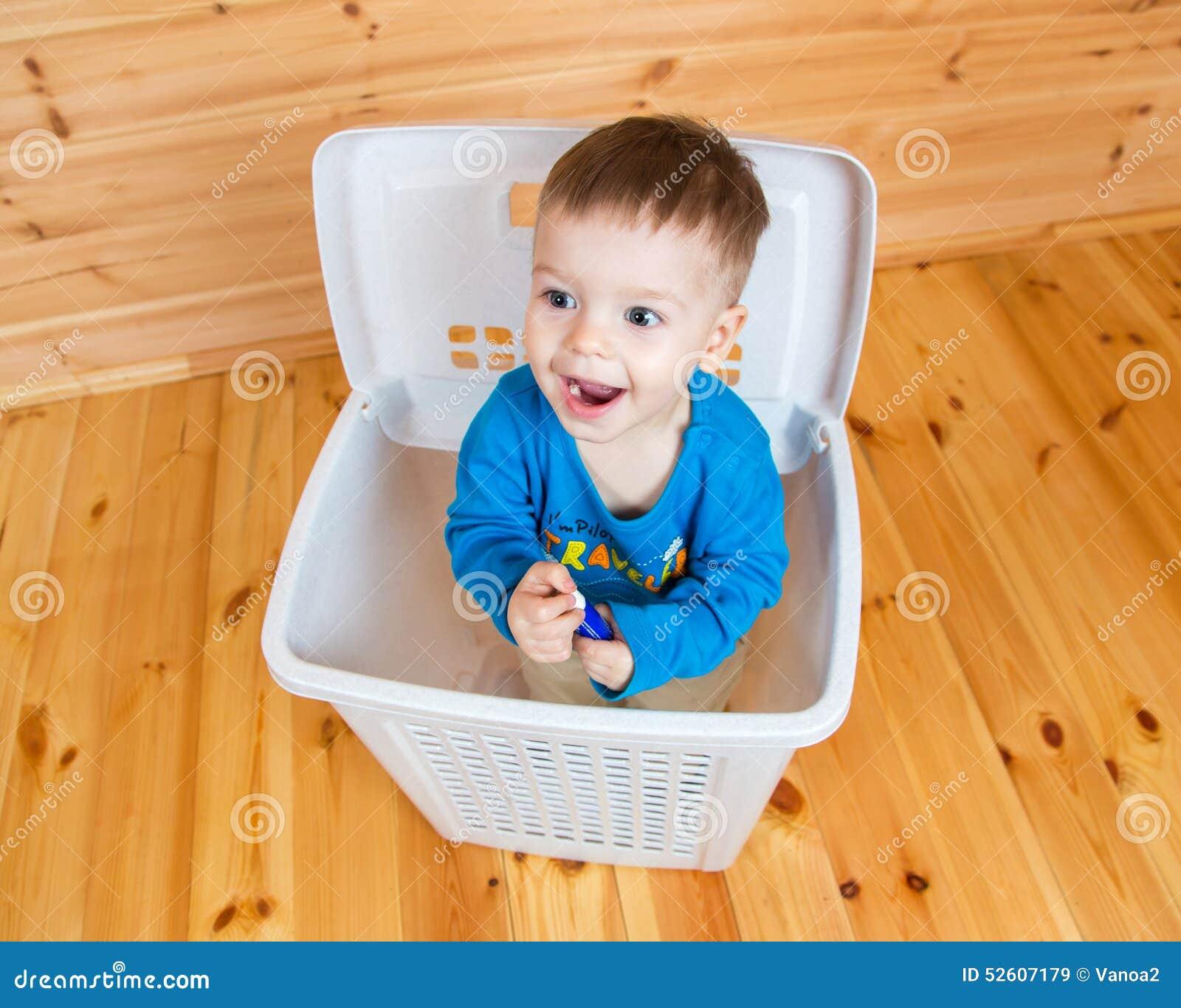 Souriant un garçon an sortant de la poubelle