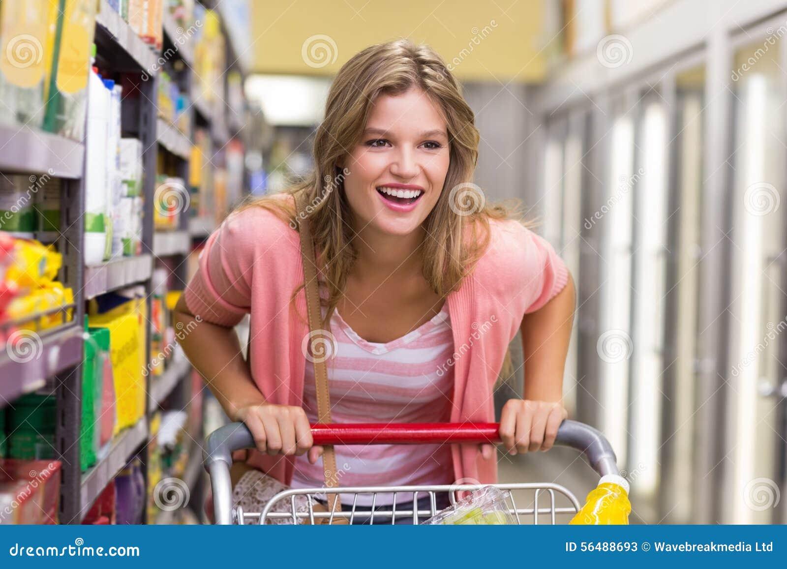 Sourire achat assez blond de femme produits