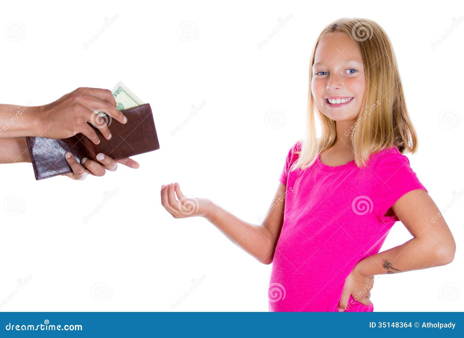 Sourire adorable de fille et argent exigeant pour l allocation