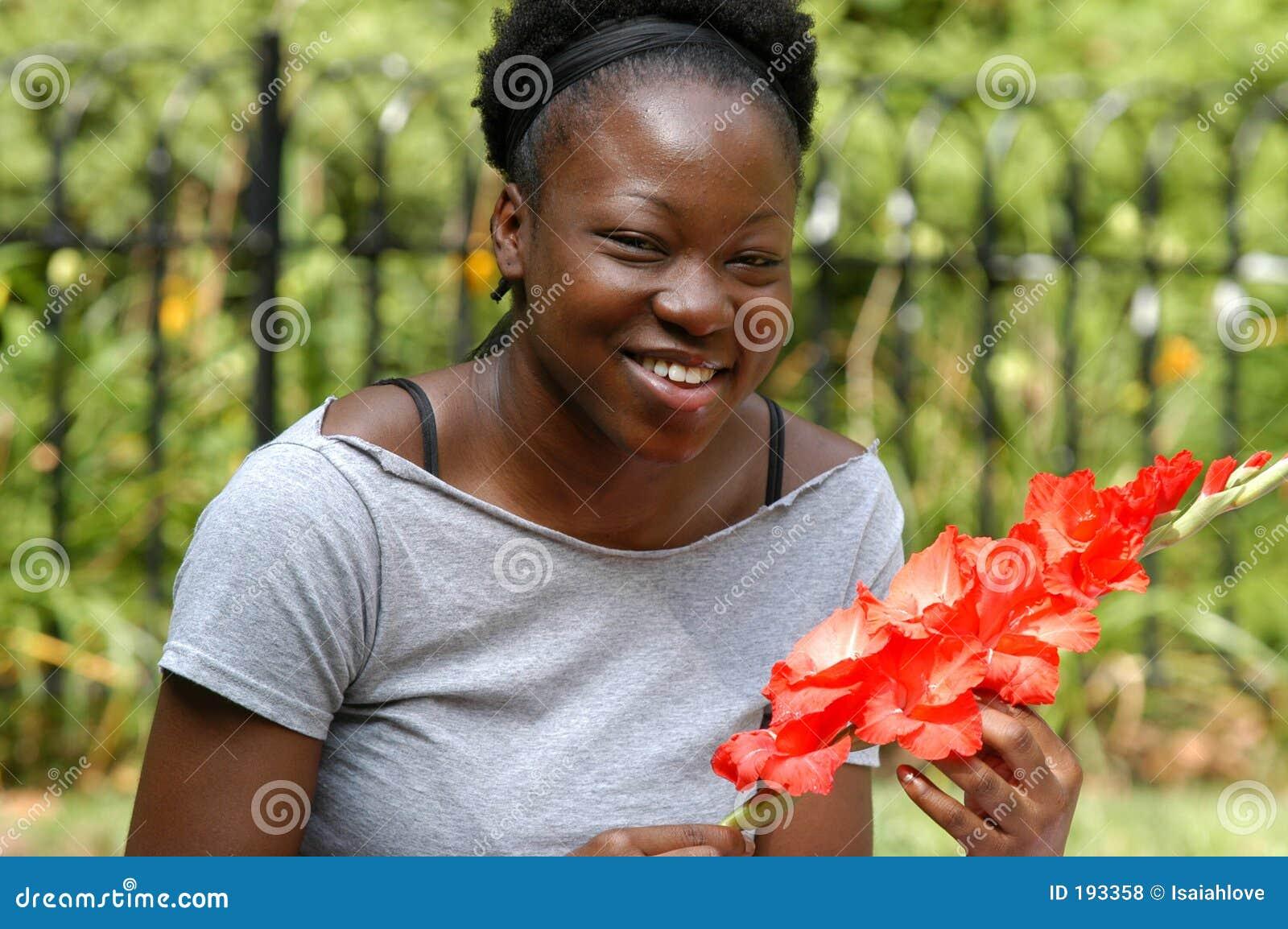 Sourire avec des fleurs