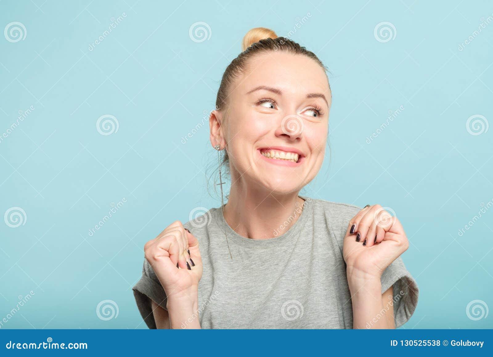 Sourire désireux de femme enthousiaste heureuse de Yay émotif