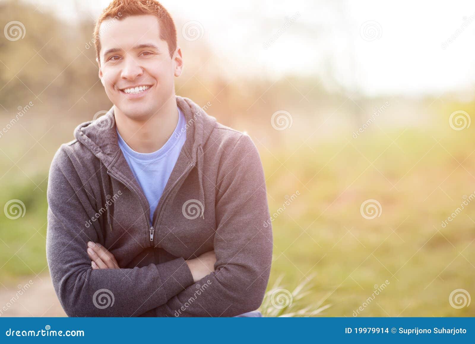 Sourire d homme de chemin mélangé