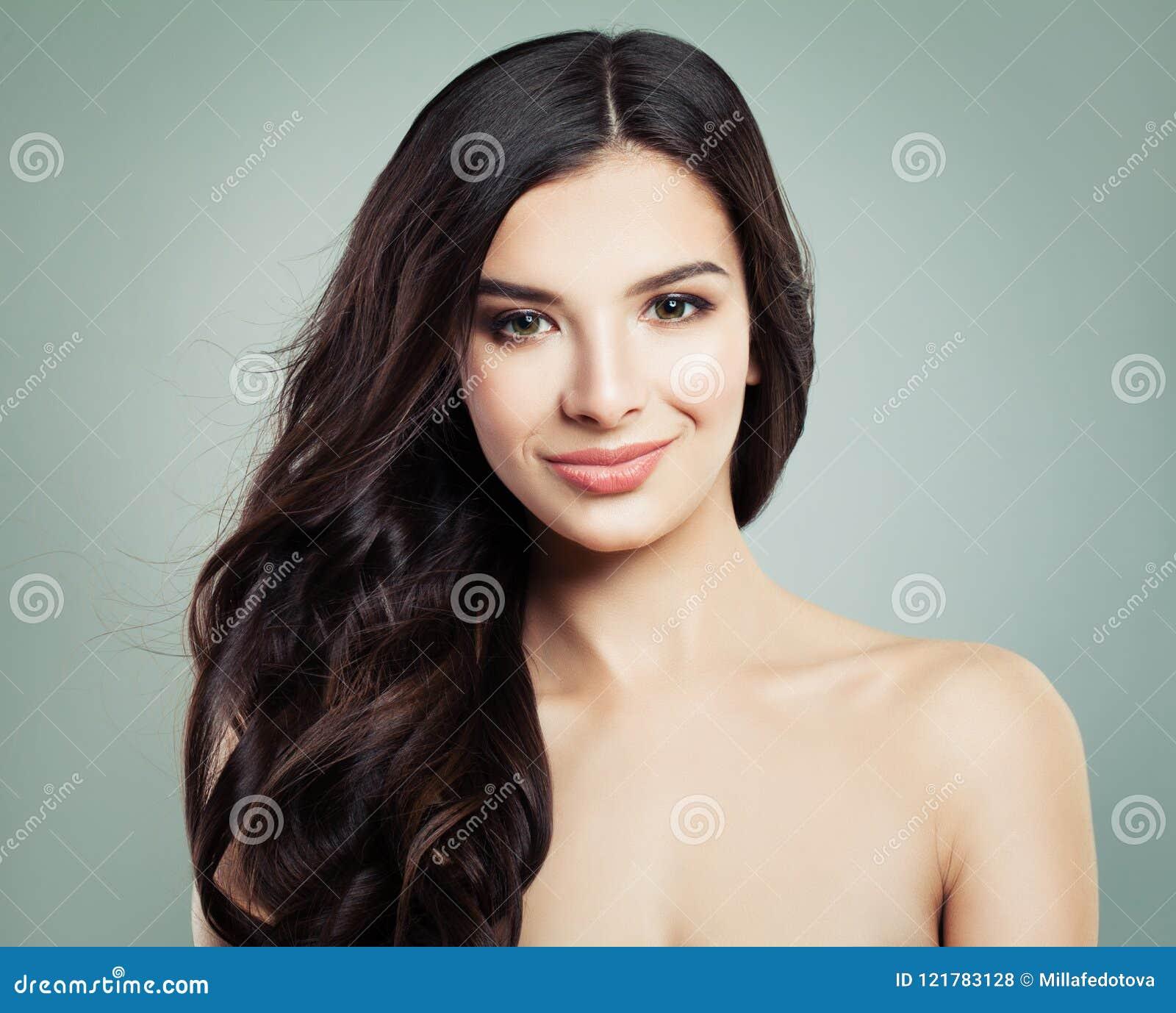 Sourire de femme de cheveux de brune Maquillage naturel et longs cheveux