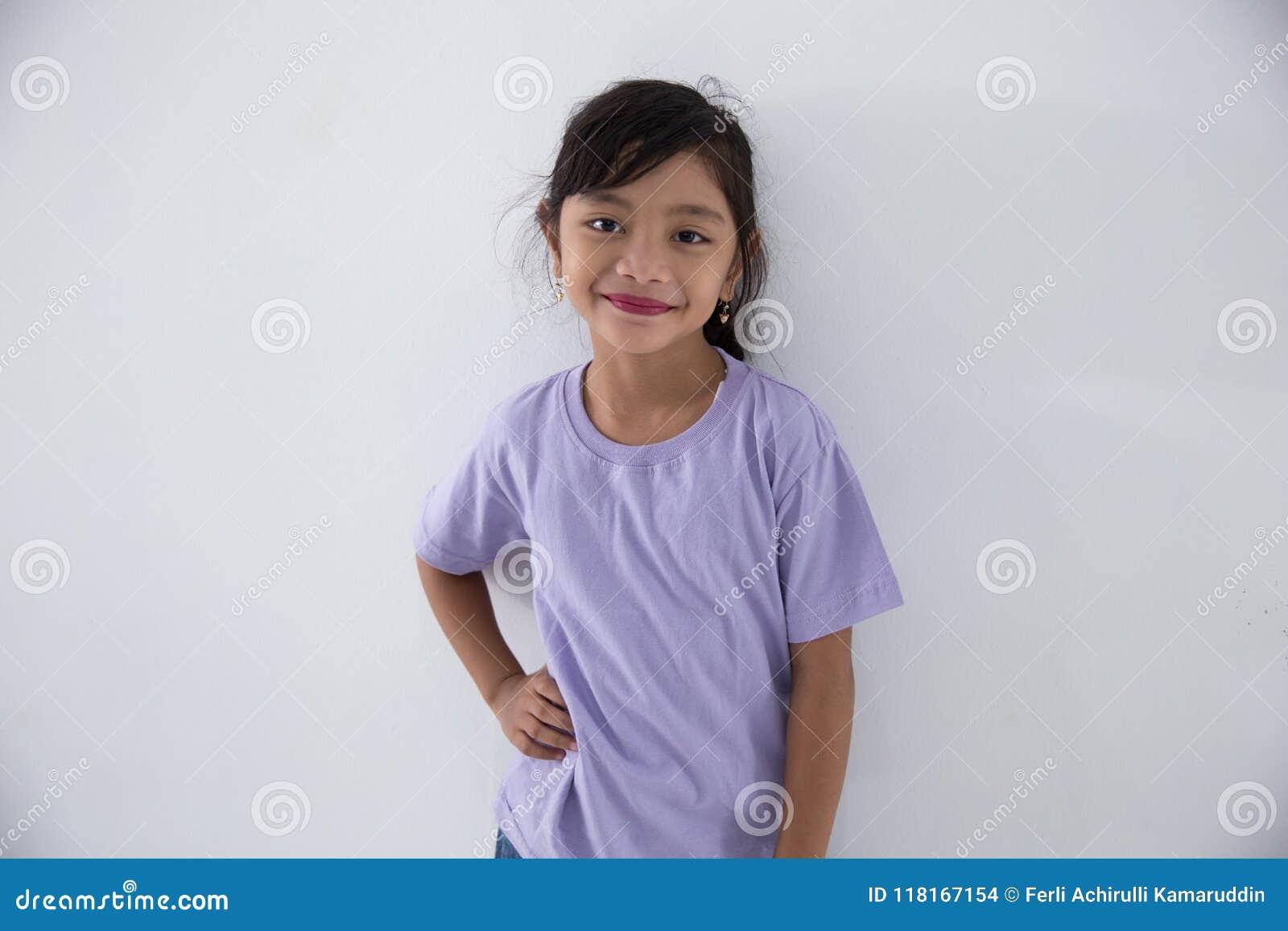Sourire de fille assez petite