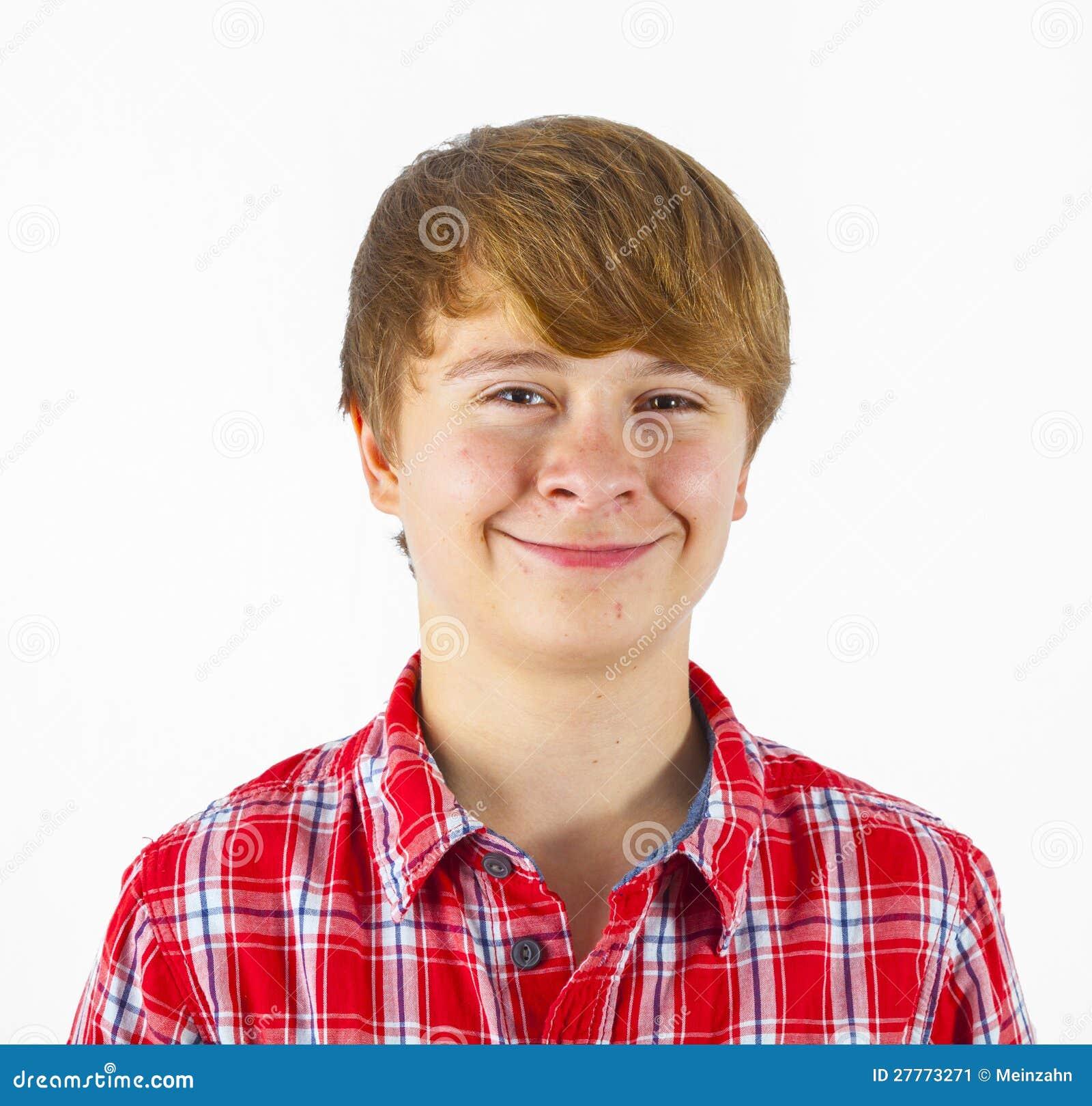 Sourire de l adolescence de garçon ; d isolement sur le CCB blanc