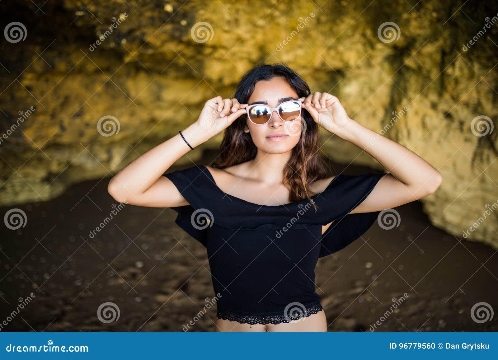 Soleil Soleil Soleil Port Latine Heureuse De Femme Sourire Lunettes Belle  Belle Belle ACwnOfxqB e1510e50848d