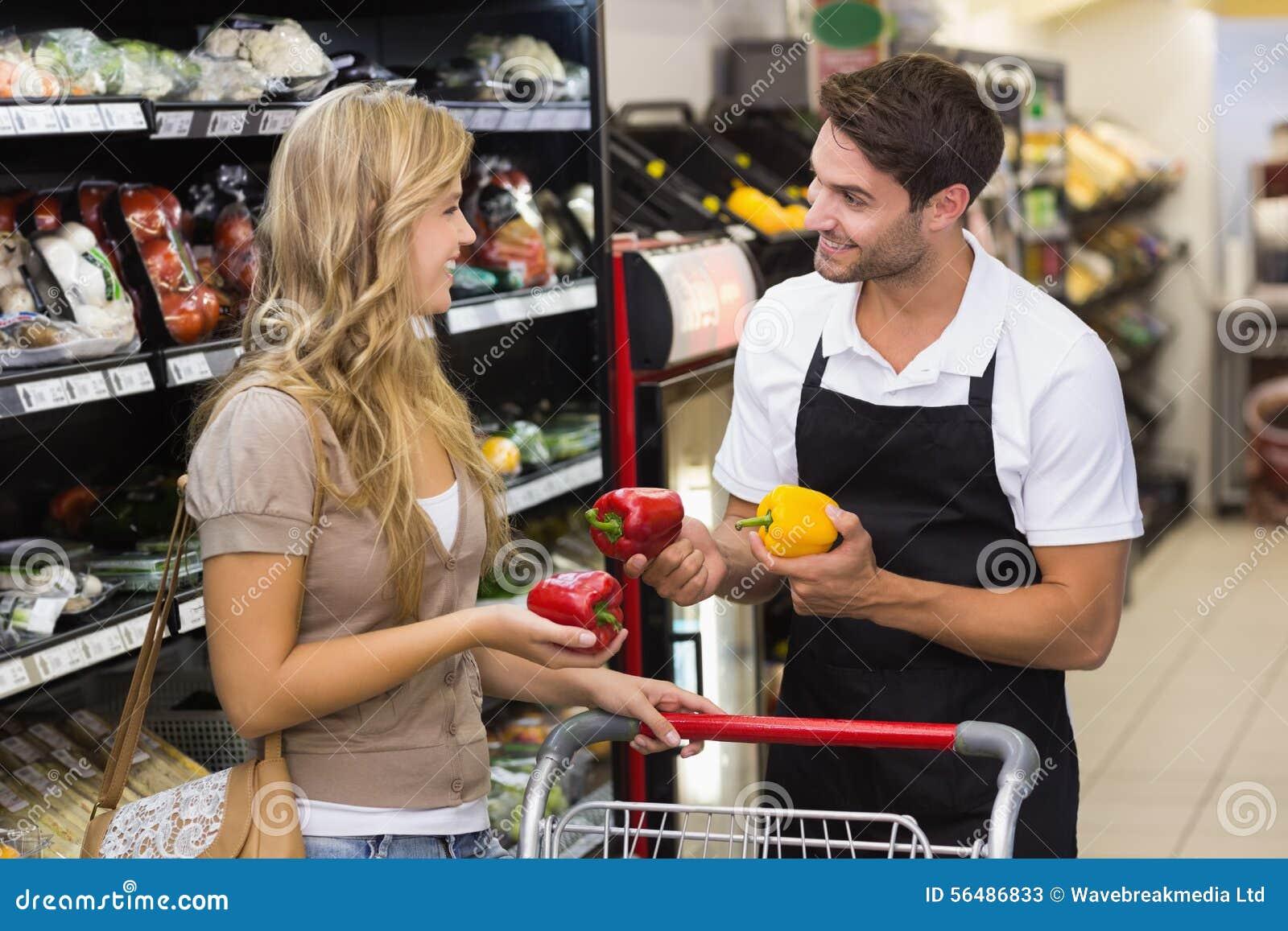 Sourire femme assez blonde parlant avec le vendeur